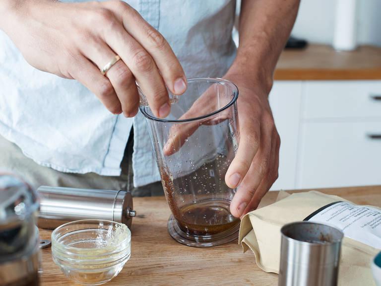 Flüssiges Kokosöl und Ghee sowie Zimt und Ahornsirup nach Geschmack in einer kleinen Schüssel vermengen.
