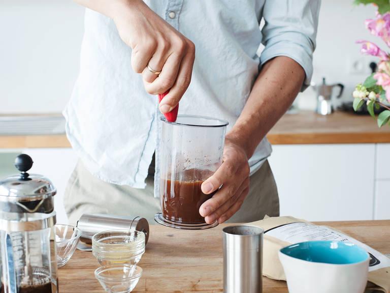 Mit einem Stabmixer oder einem Milchaufschäumer cremig aufschäumen. In eine Kaffeetasse geben und direkt genießen!