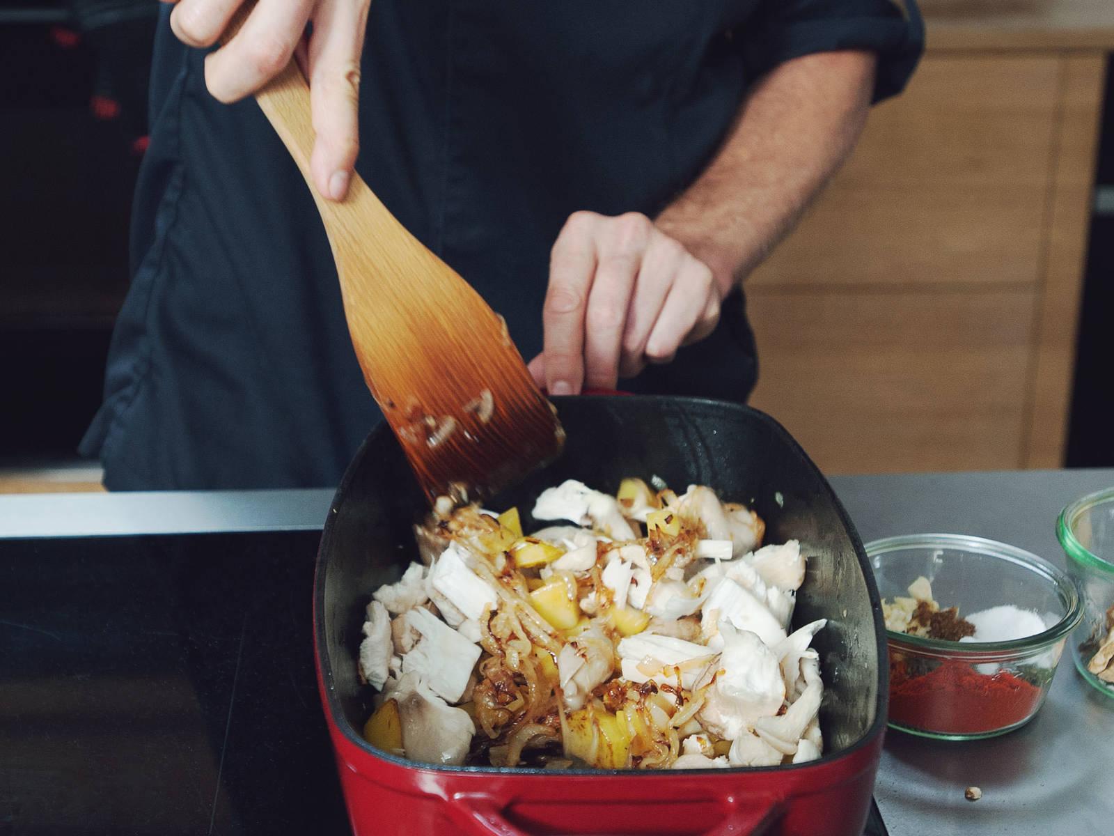Kräuter- und Austernseitlinge dazugeben und alles für weitere 5 Min. anbraten.