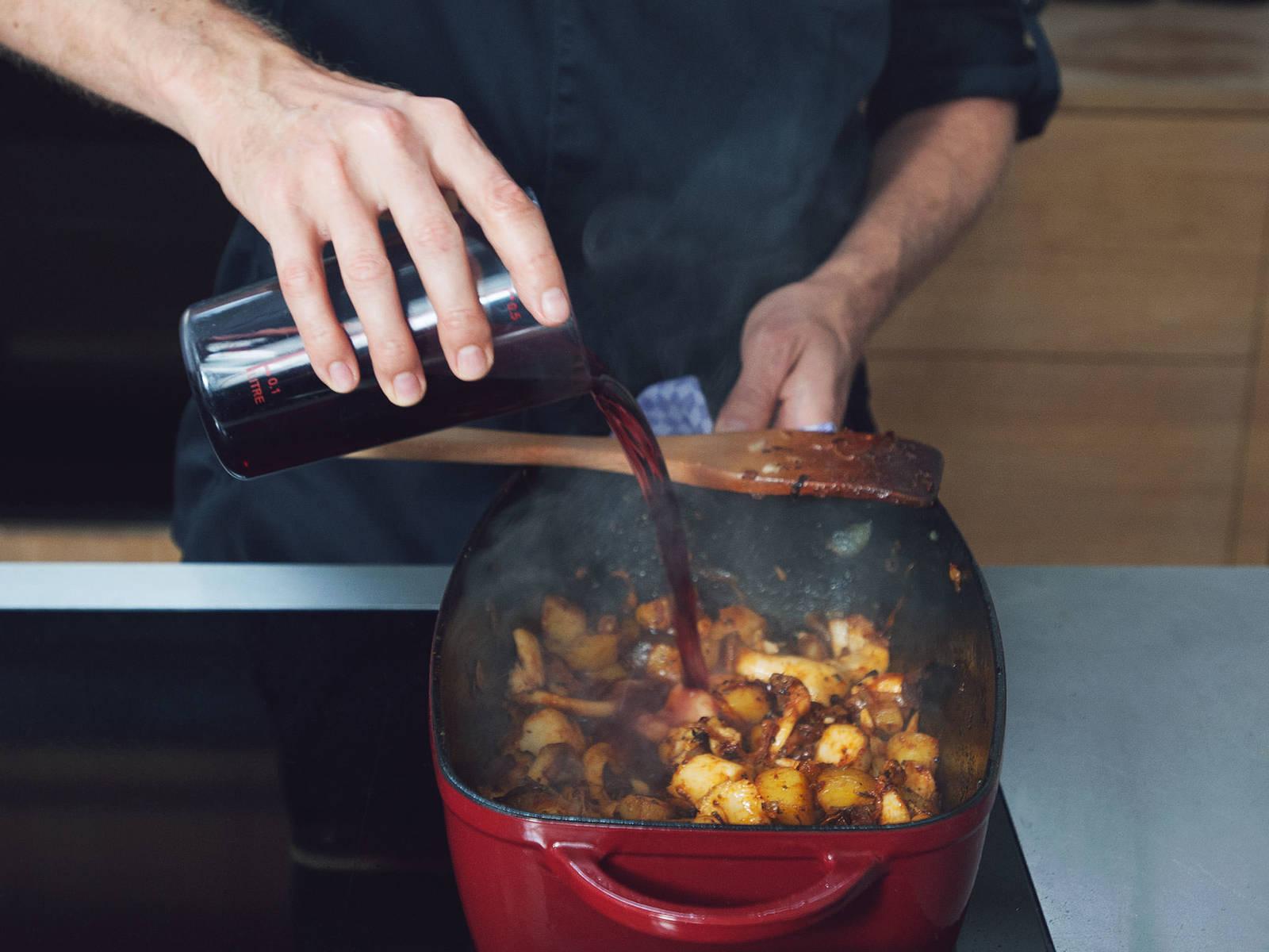 Mit Rotwein ablöschen und ca. 5 Min. einkochen lassen. Knoblauch und Steinpilze dazugeben. Mit Majoran, Kümmel, Thymian, Paprikapulver und Chilipulver, Rohrohrzucker, Salz und Zitronenabrieb würzen und alles zusammen kurz anrösten. Danach mit Gemüsebrühe aufgießen. Den Schmortopf in den vorgeheizten Backofen schieben und das Gulasch ca. 90 Min. mit geschlossenem Deckel schmoren. Alle 30 Min. umrühren und zum Schluss mit Salz und Pfeffer abschmecken.