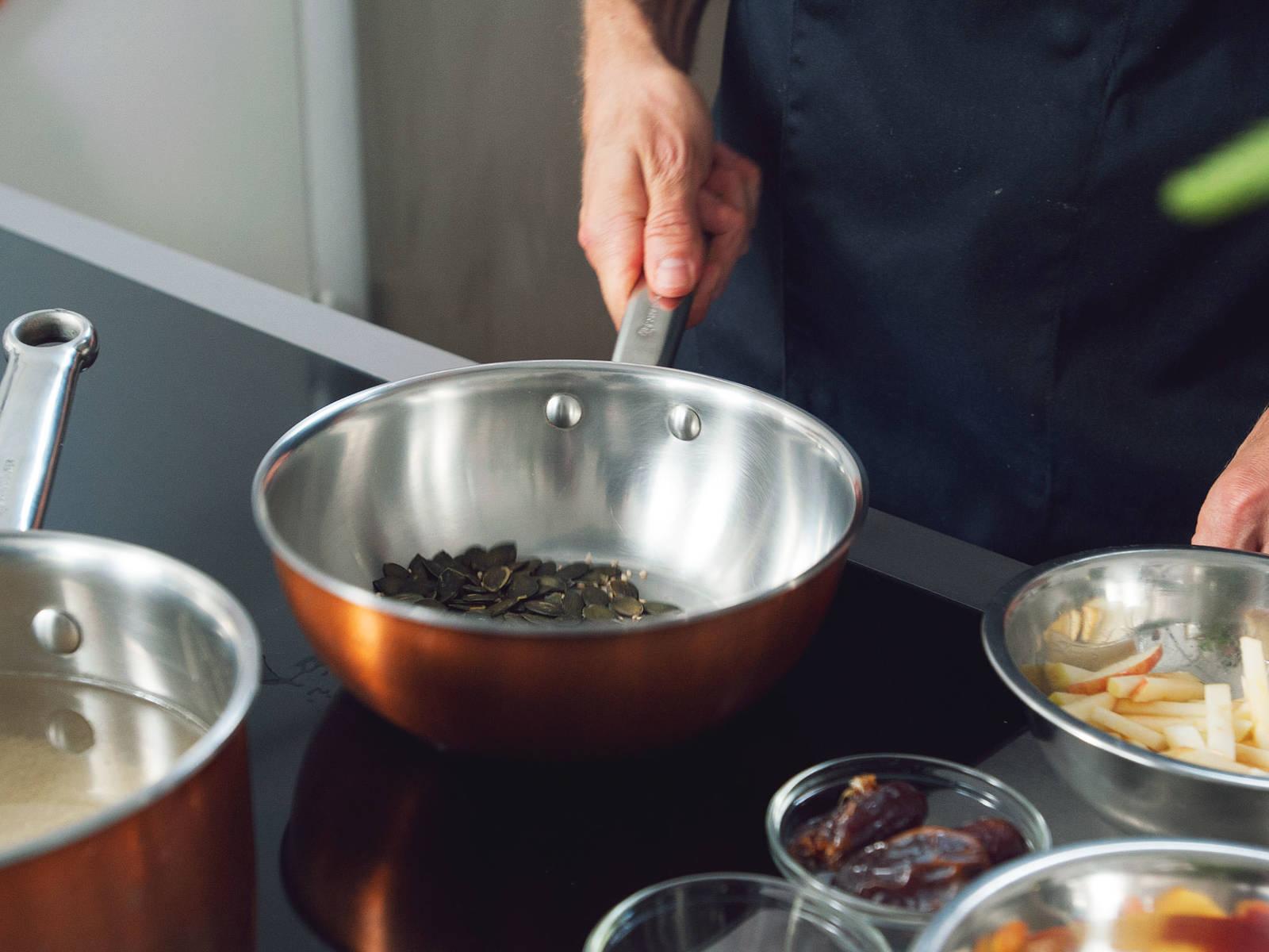 Quinoa in einem feinmaschigen Sieb mit kaltem Wasser gründlich spülen. In einem mittelgroßen Topf Quinoa mit Wasser und einer Prise Salz zum Kochen bringen. Bei niedriger Hitze für ca. 15 Min. mit Deckel köcheln lassen, oder bis das Quinoa durchsichtig wird. In der Zwischenzeit Kürbiskerne und Sesamsaat in einer Pfanne goldbraun anrösten. Zur Seite stellen.