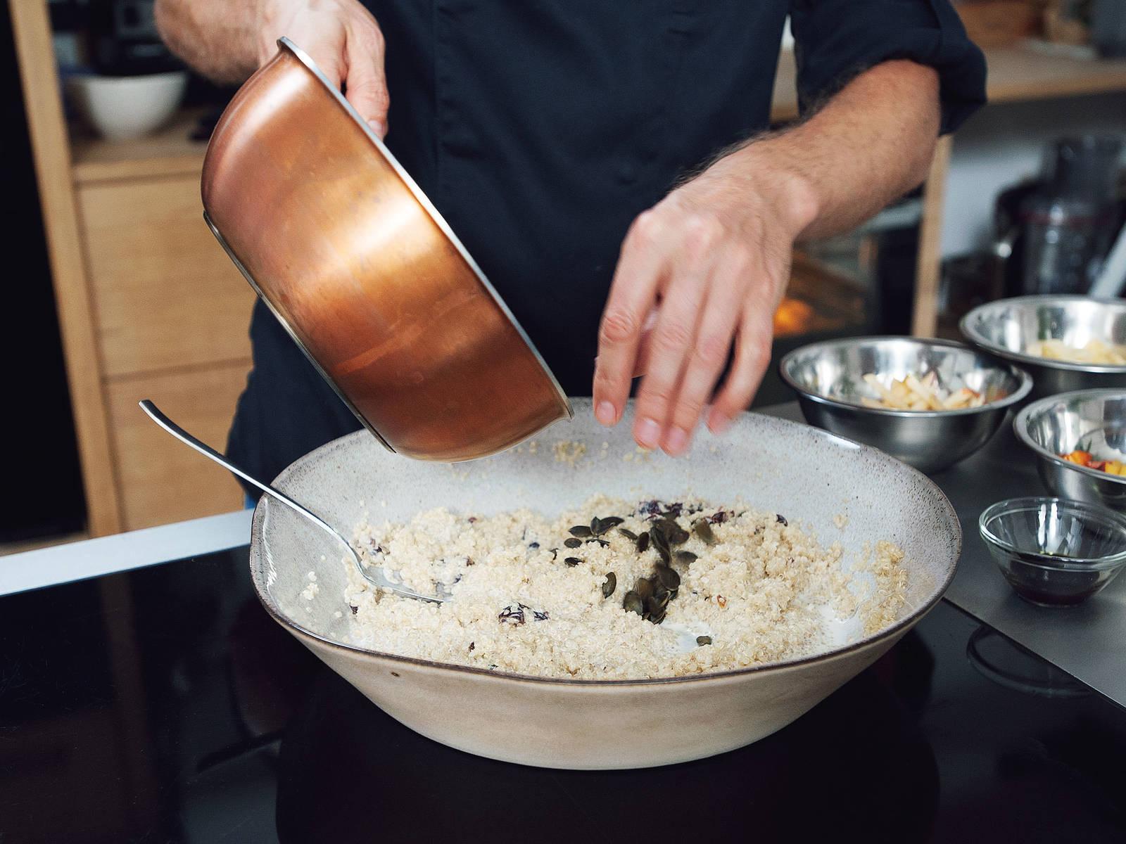 将烘烤过的南瓜籽和芝麻倒在藜麦上。