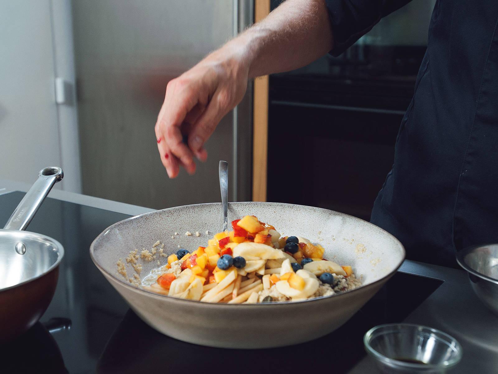 Gewürfelte Dattel-, Apfel- und Pfirsichstückchen, Bananenscheiben und gemischte Beeren dazugeben.