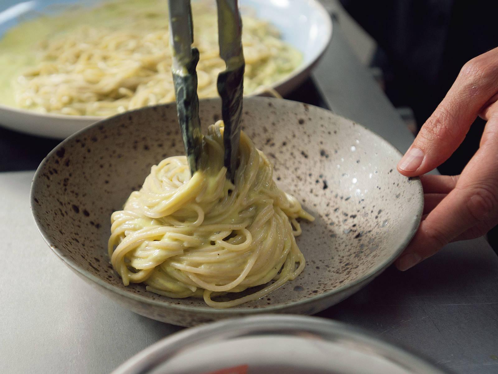 意面煮好后沥干水,转移到不粘锅中,加入牛油果酱汁搅拌均匀。以小火加热两分钟,盐和胡椒调味后分装入盘。