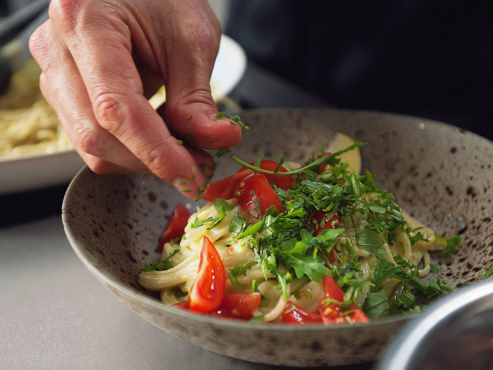 Pasta mit frischem Oregano bestreuen, Rucola dazugeben und sofort servieren. Guten Appetit!