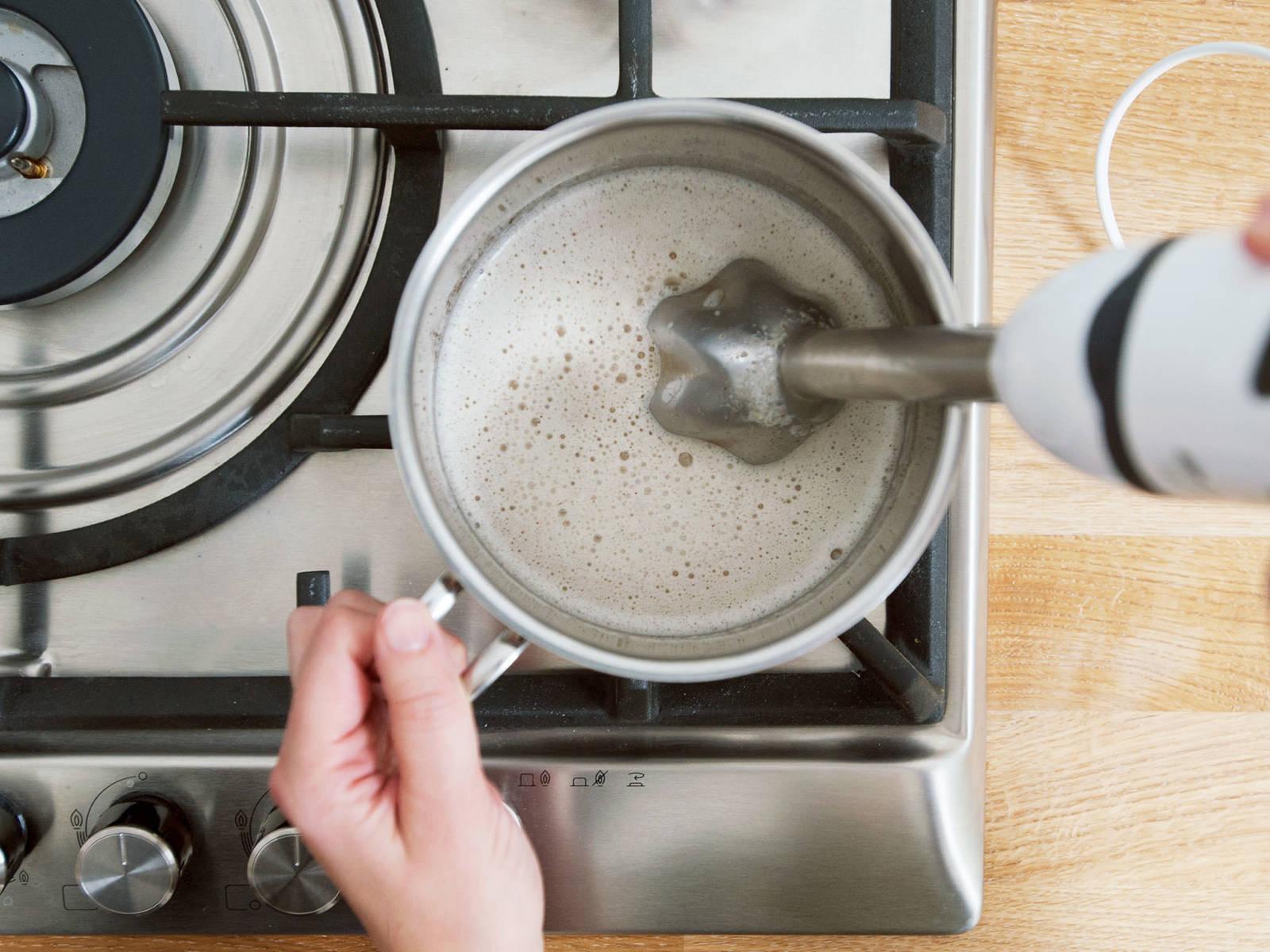 将除了水以外的所有食材和抹茶一起放到一个小平底锅中。用手持搅拌机搅打至顺滑。小火加热。再次搅拌,然后关火取下。