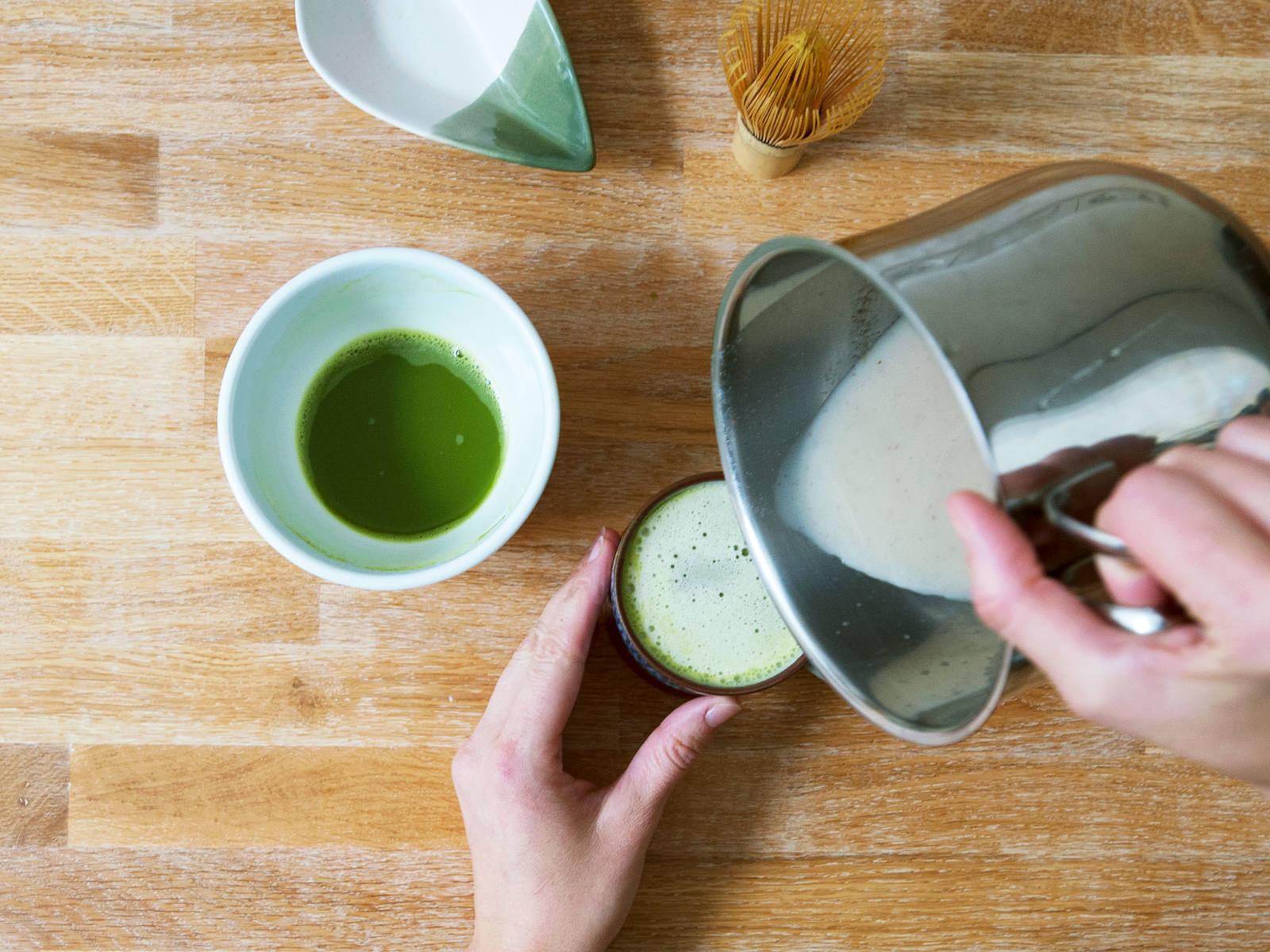 Matcha-Mix in den Topf mit der Reis-Kokos-Drink-Mischung geben, verrühren und auf zwei Tassen verteilt servieren.