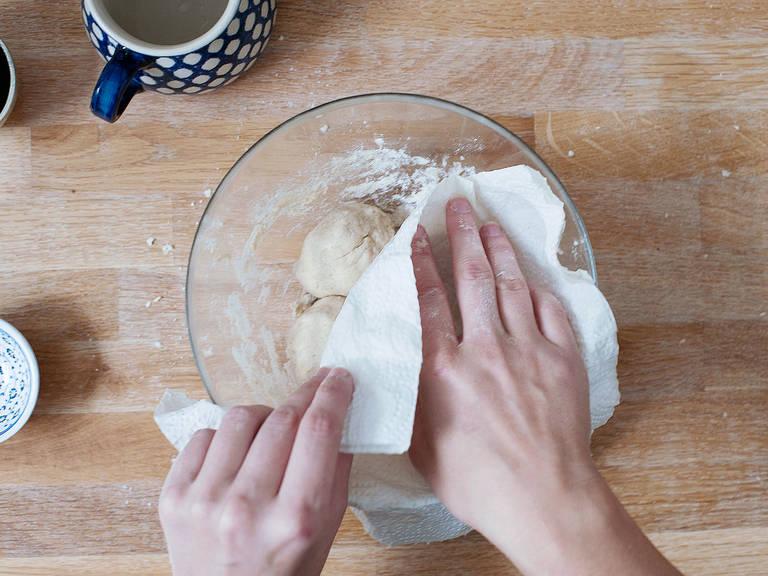 将面团搓出网球大小的小面球,用湿的厨房用纸盖上,醒面10分钟。