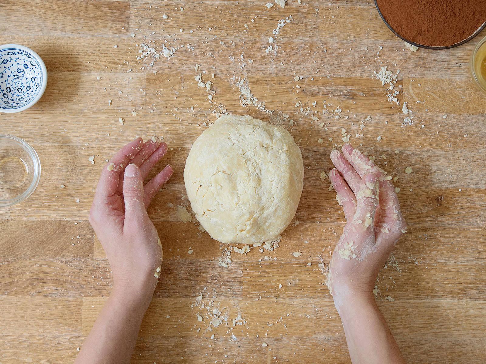 Dinkelmehl mit einem Teil der Margarine, einem Teil des Reissirups, Salz und Wodka in einer großen Schüssel zu einem glatten Teig kneten. Anschließend den Teig in Frischhaltefolie wickeln und ca. 30 Min. im Kühlschrank ruhen lassen.
