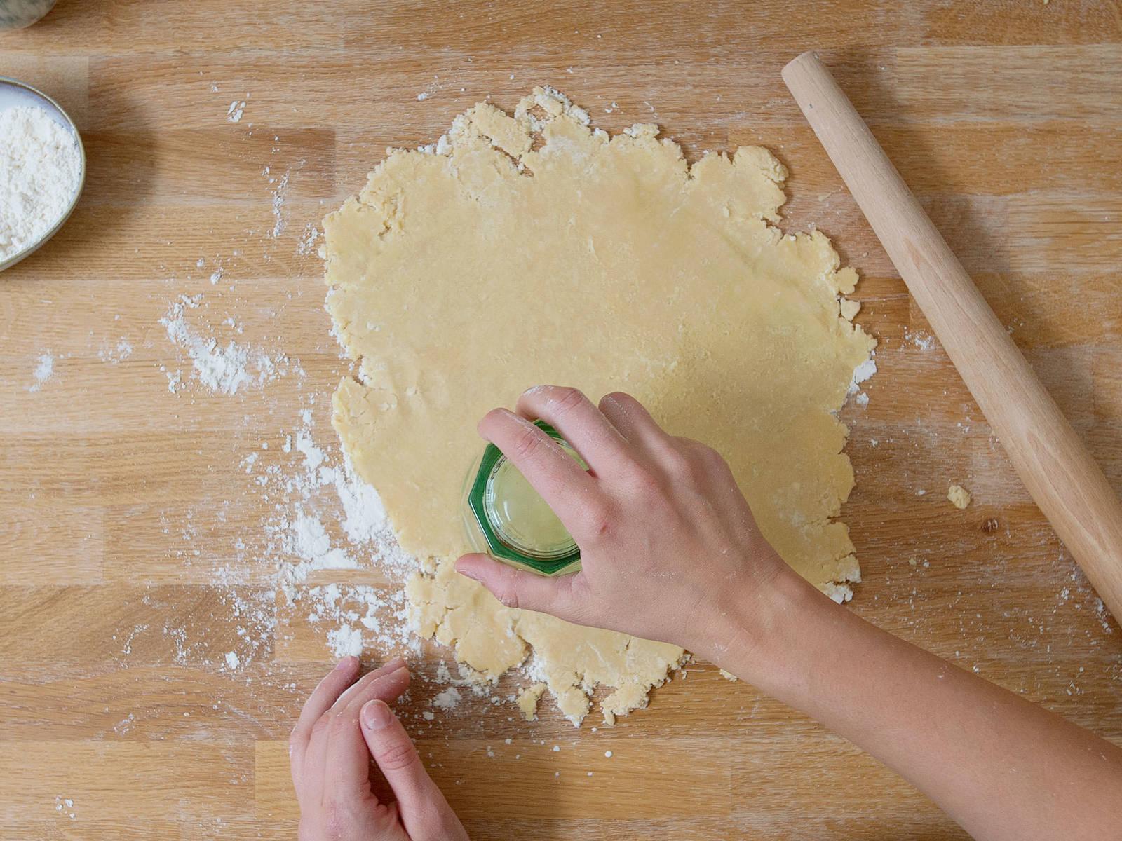 Backofen auf 180°C vorheizen. Teig ausrollen und Kreise ausstechen. Diese sollten im Durchschnitt etwas größer als die Muffinform sein.