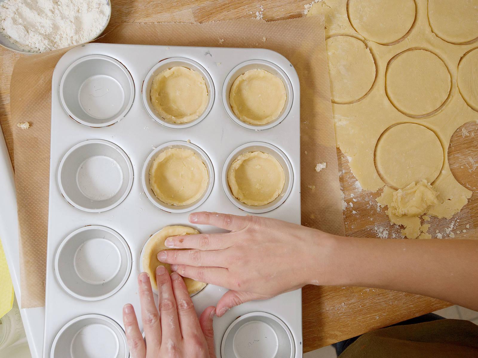 Jeweils einen Kreis in eine Muffinform drücken und mit einer Gabel ein paar Mal einstechen. Den Teig ca. 10 Min. backen und anschließend abkühlen lassen. Den Backofen während der Zubereitung der Füllung angeschaltet lassen.
