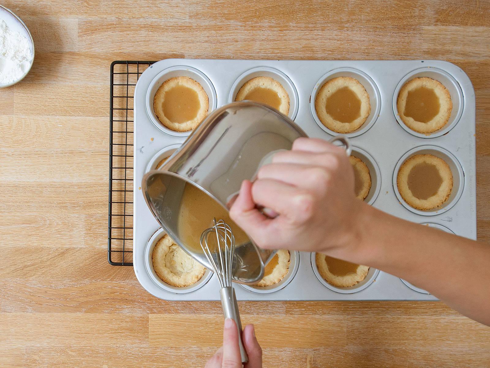 Karamell in die abgekühlten Cups füllen und ca. 6 - 8 Min. bei 180°C weiter backen. Anschließend komplett auskühlen lassen.
