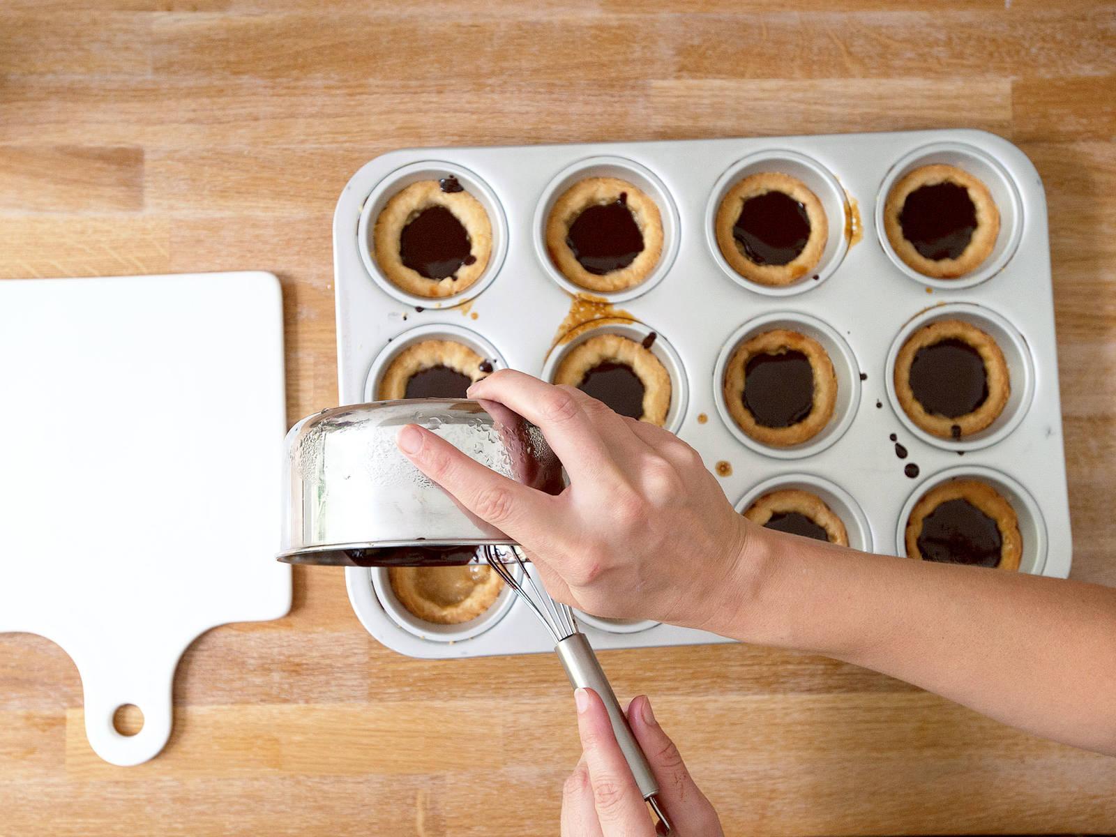 Geschmolzene Schokolade in Cups füllen und komplett auskühlen lassen. Guten Appetit!