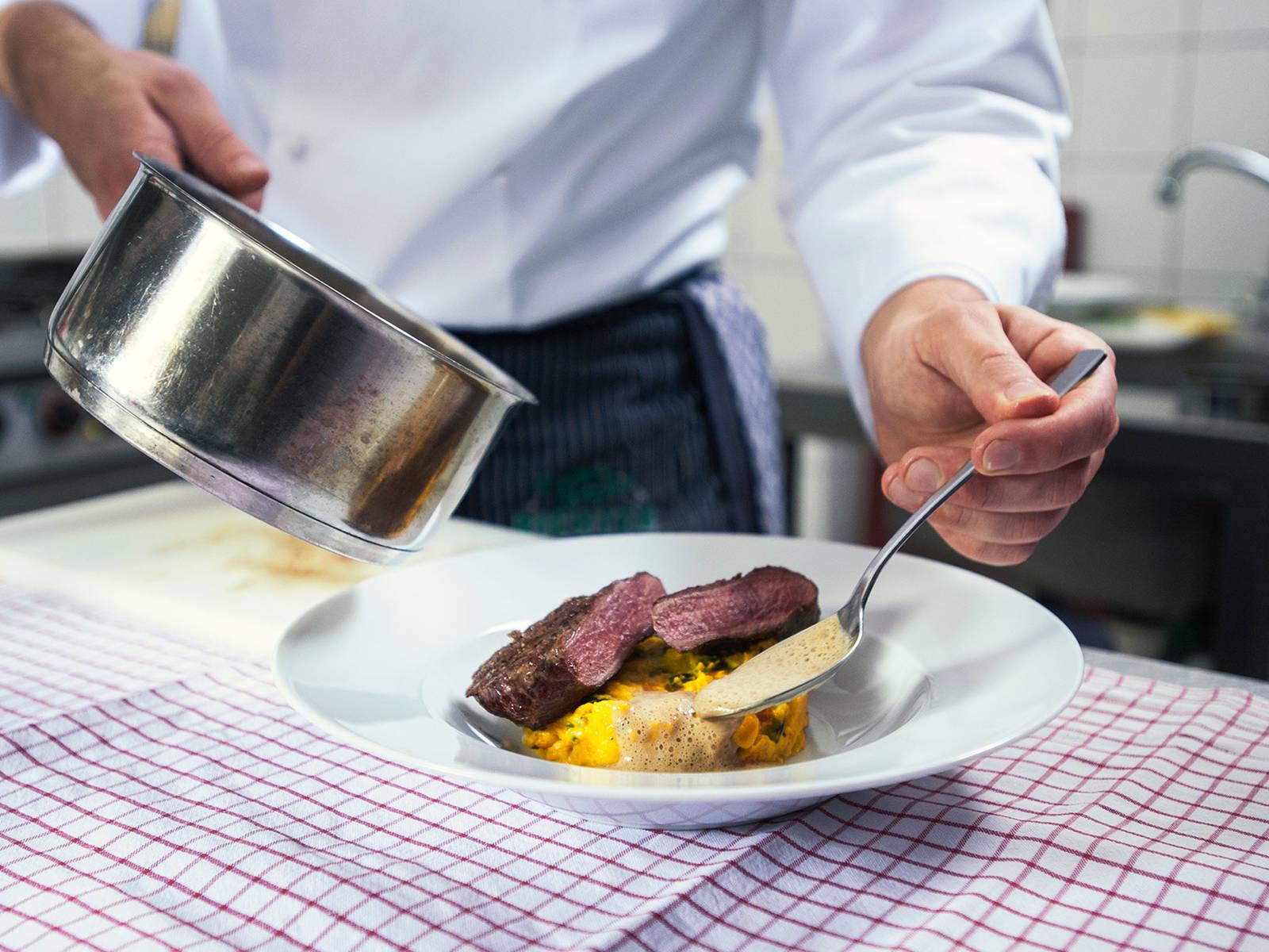 将鹿肉块放到土豆南瓜酱上,淋上杜松子奶油。尽情享用吧!