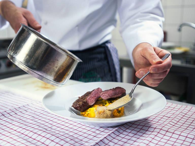 Reh aufgeschnitten in Scheiben auf dem Kartoffel-Kürbis-Sugo anrichten und mit Wacholderschaum servieren. Guten Appetit!