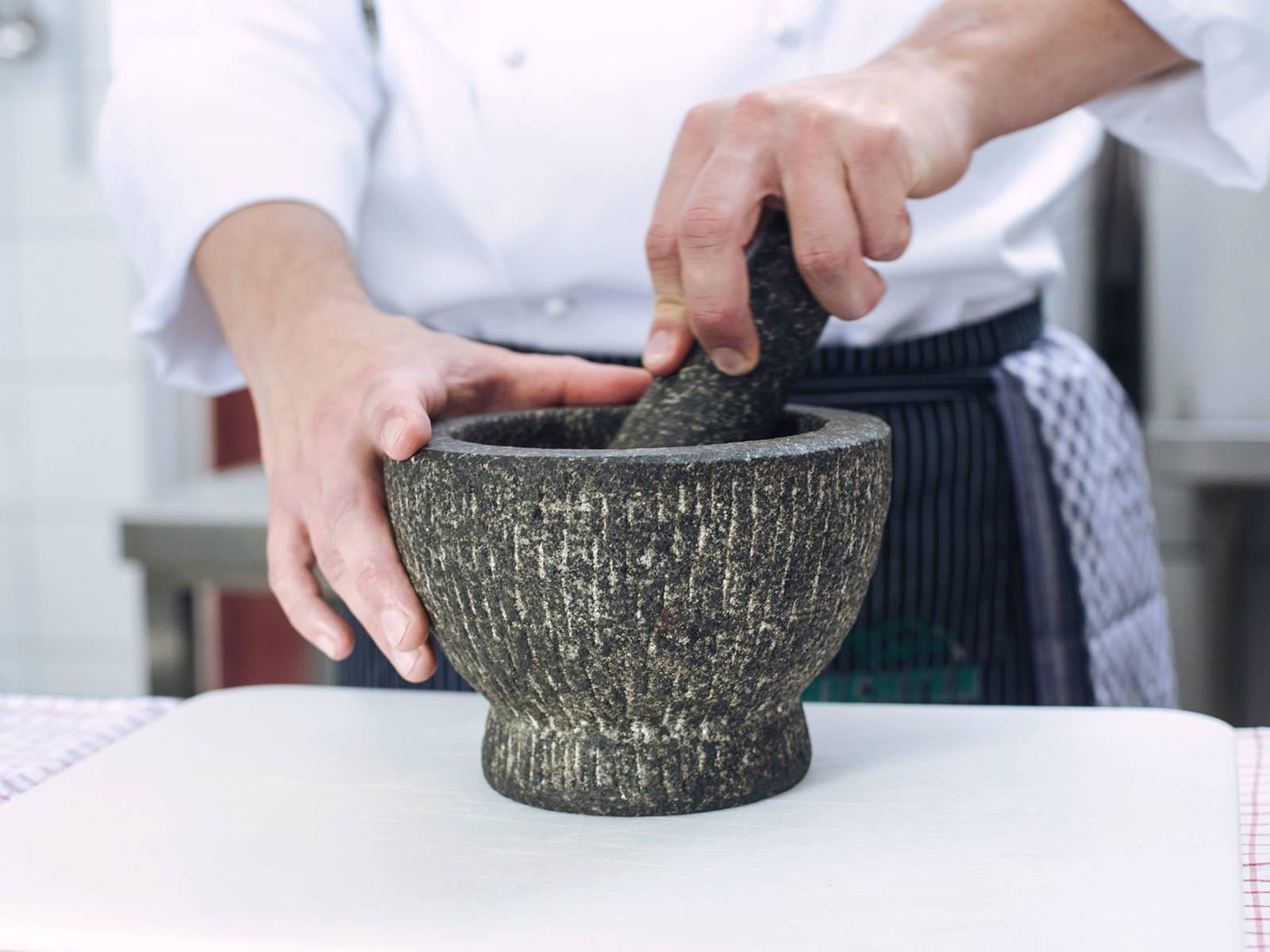 在干燥的锅中稍微烘烤一下杜松子。用研钵和杵将杜松子仔细碾碎。在汤锅中放入碾碎的杜松子、高汤和奶油。微沸15-20分钟。关火取下,撒盐与胡椒调味。