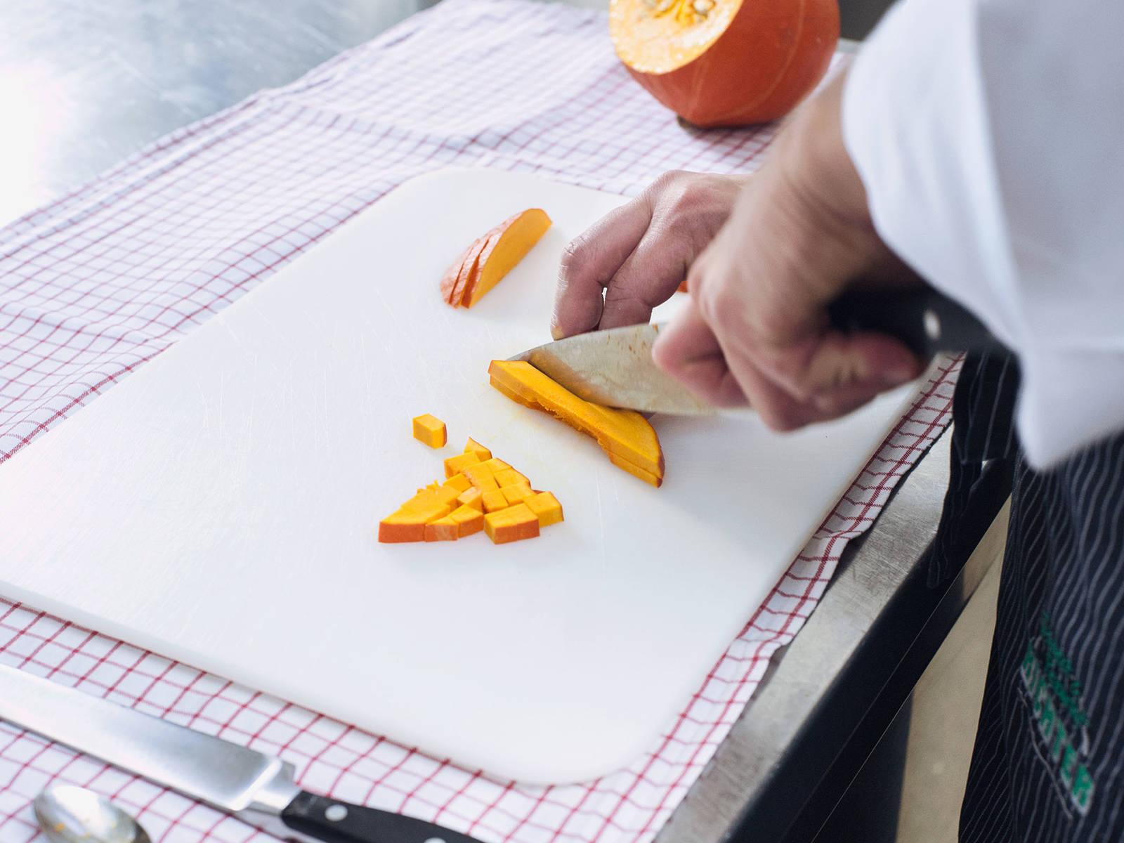 南瓜去籽切块。大锅煮沸水,土豆和南瓜焯水3-5分钟后滤干,置于一旁。保留少许煮过土豆和南瓜的水。