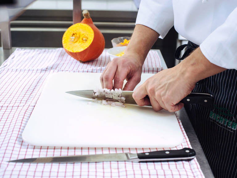 Schalotten, Knoblauch und Ingwer schälen und fein schneiden. Petersilie fein hacken, Karotten und Käse reiben, Kartoffeln schälen und fein würfeln.