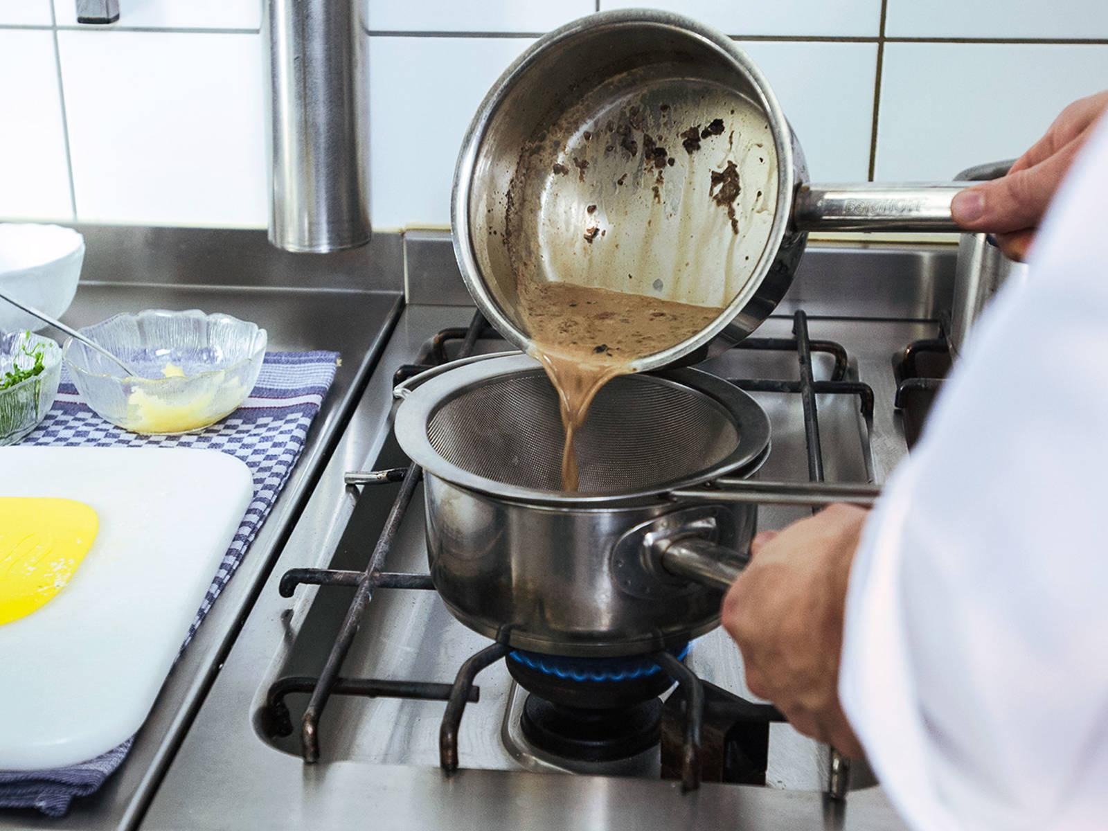 将杜松子奶油过筛,扔掉杜松子。