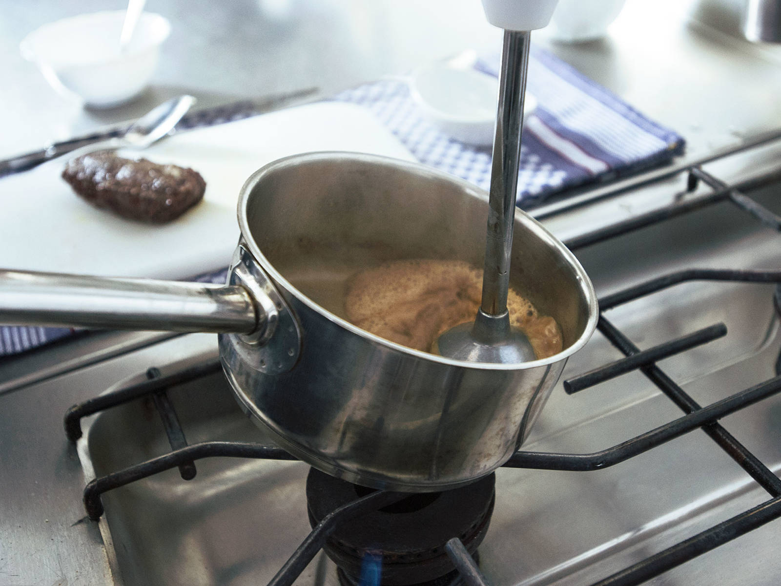 将冷却的黄油放入杜松子奶油中,加肉豆蔻、盐和糖调味,然后用手持搅拌机将其搅打成泥,至起泡。