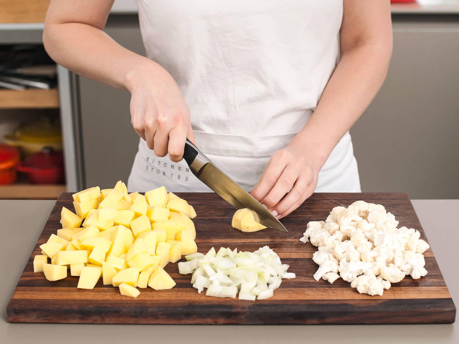 土豆削皮,切成2厘米的小块。洋葱剁碎,从花椰菜底部将其切成小花状。培根条切半。