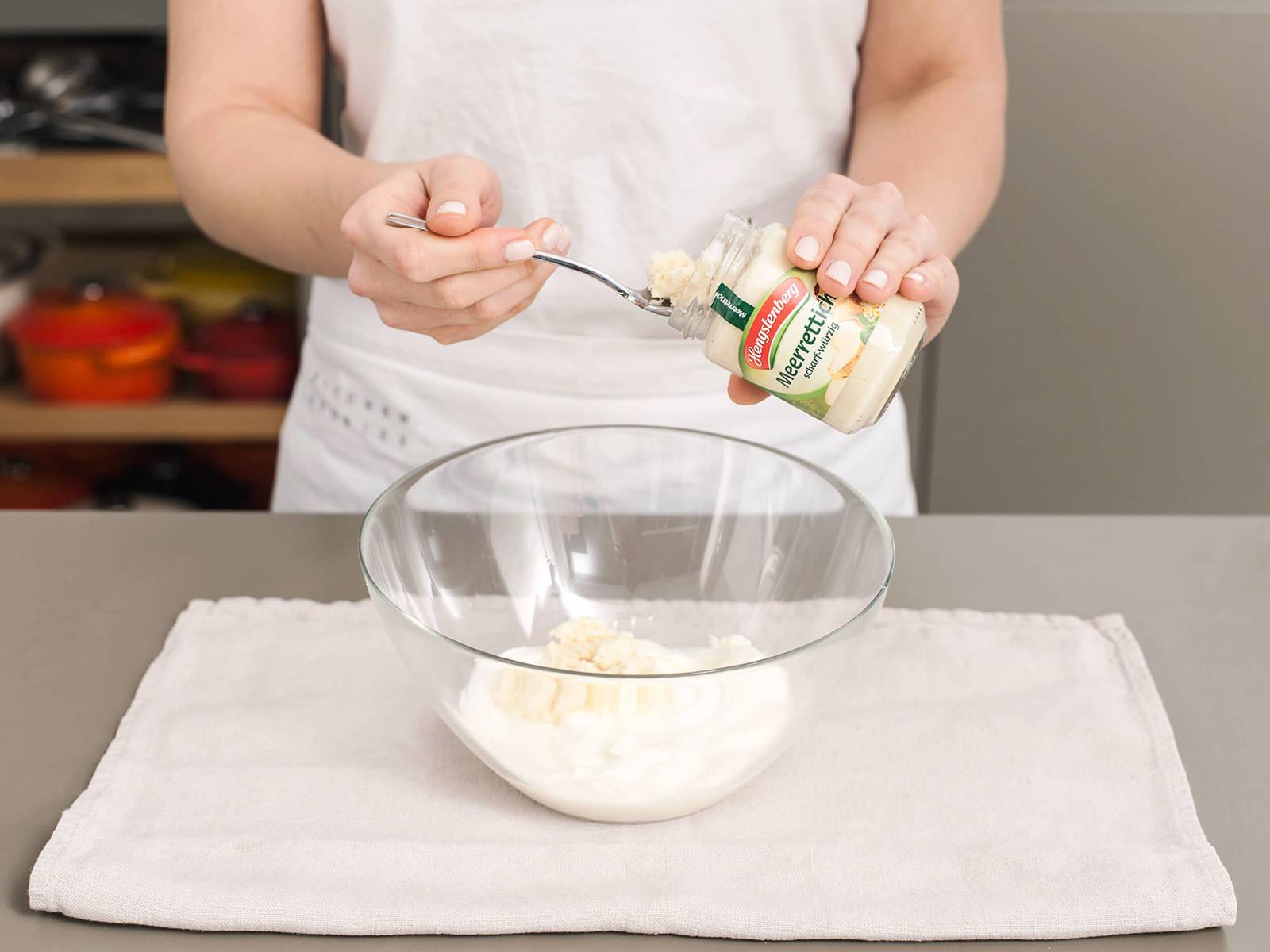 在一个搅拌碗中,将酸奶油和辣根搅拌混合。