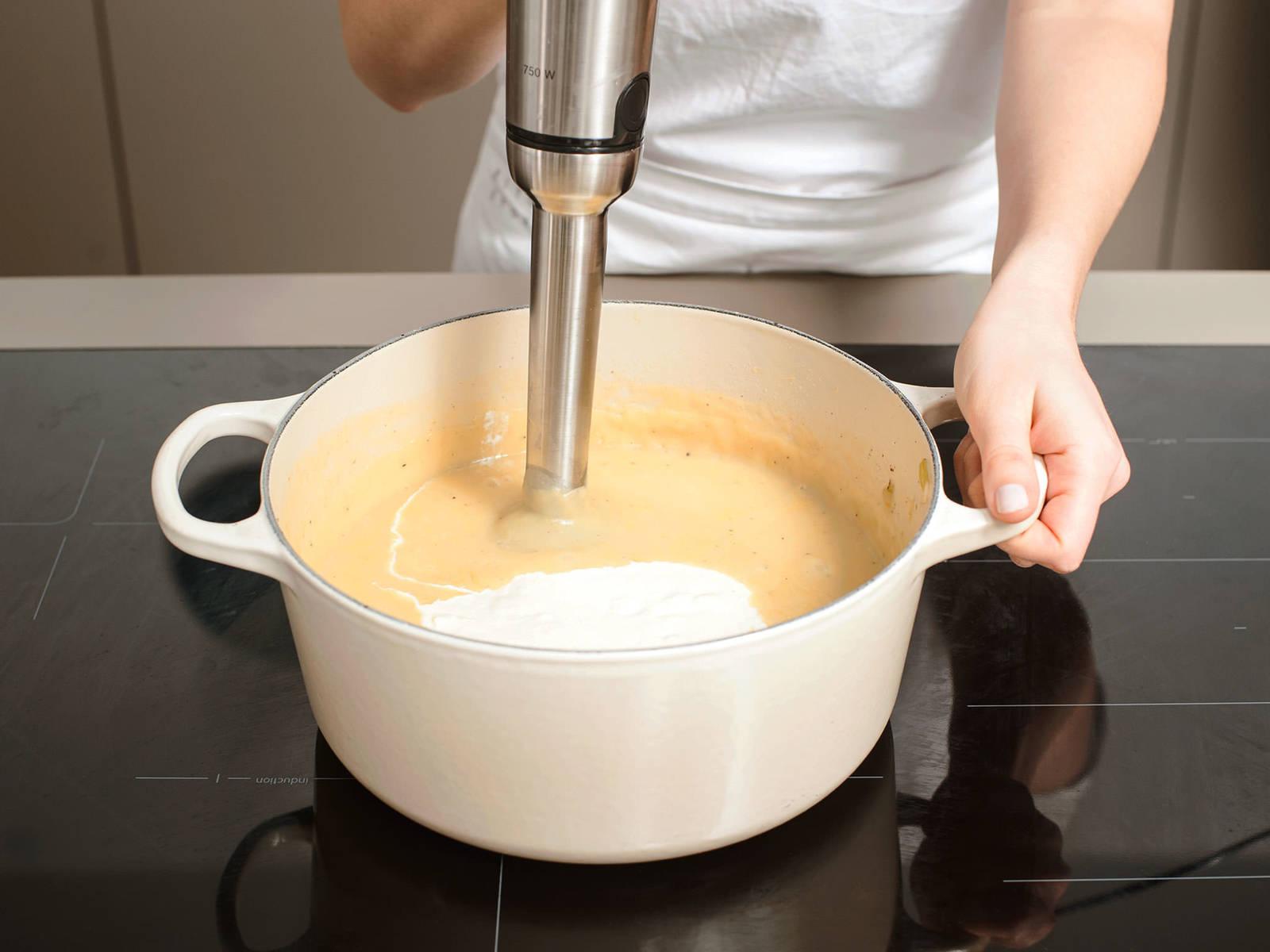 将辣根混合物放入土豆中,然后将锅从炉上取下。将手持搅拌机将其打泥,直至质地柔滑。