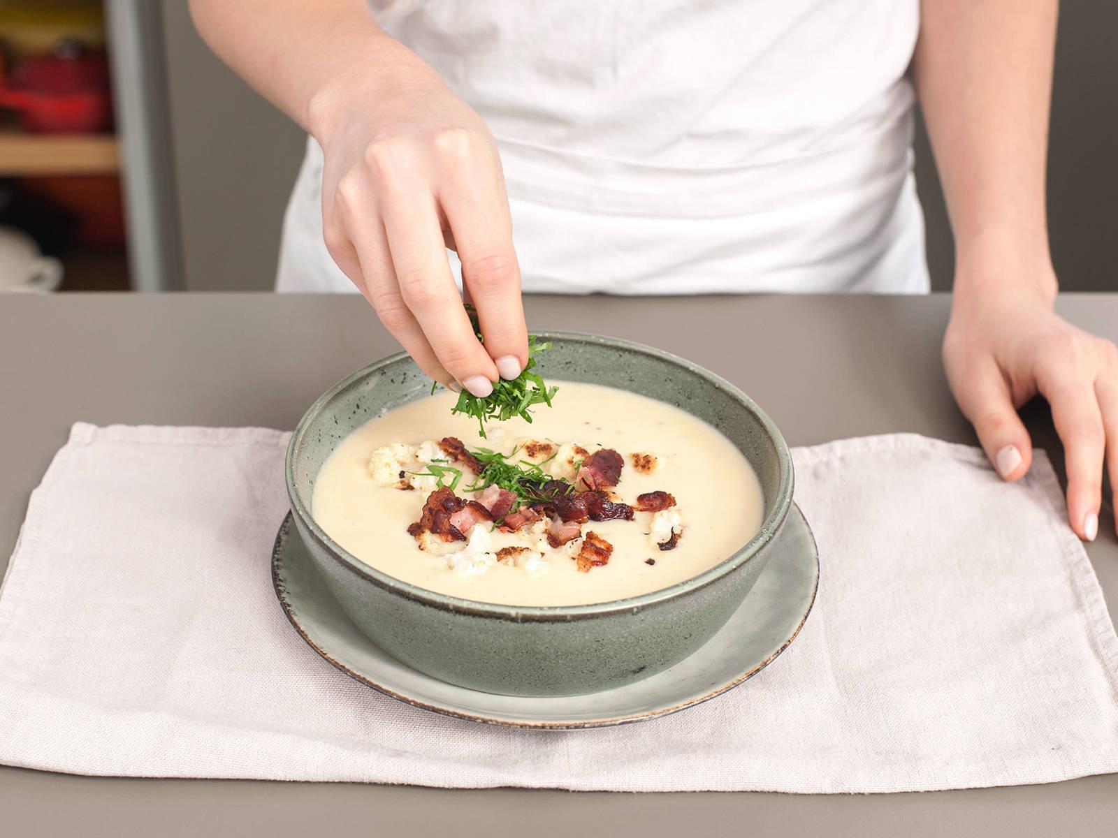 将汤倒入上菜碗中,饰以烤花椰菜、培根、欧芹。加盐与胡椒调味。尽情享用吧!