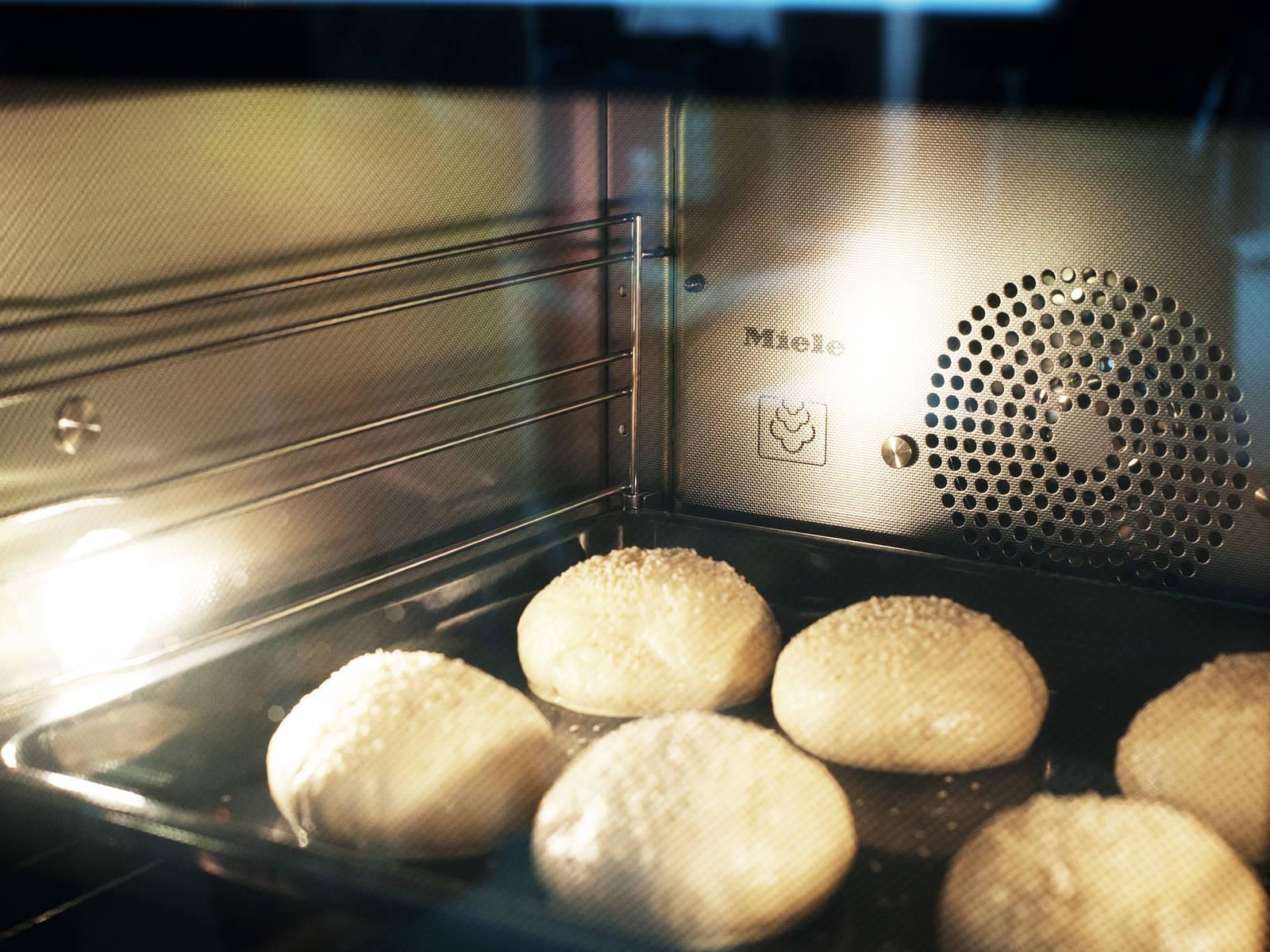 Restliches Ei mit Milch verquirlen, Burger-Brötchen behutsam damit bestreichen, mit Sesam bestreuen und bei 190°C Heißluft ca. 10 – 15 Min. goldbraun backen.