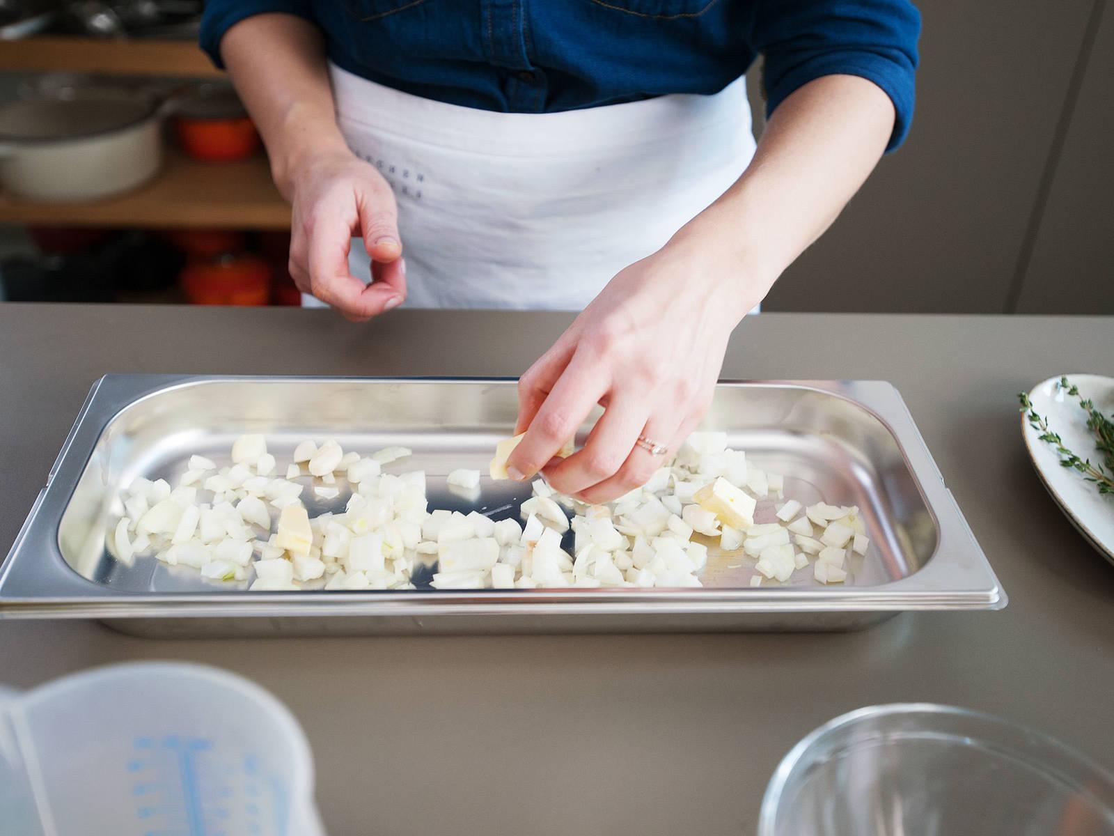 Zwiebeln würfeln. Knoblauch zerdrücken. Mit etwas Butter in einen ungelochten Garbehälter geben, mit Aluminiumfolie abdecken und bei 100°C ca. 4 Min. glasig dünsten.