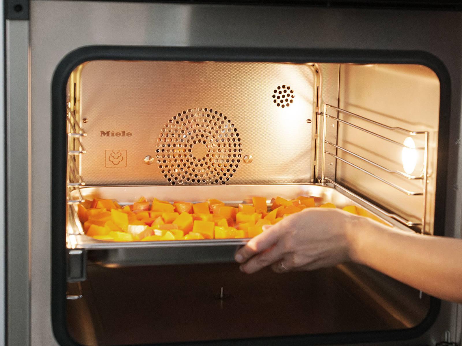 制作南瓜汤:南瓜去籽,切块。放入有洞的蒸盘里,设置100度,蒸8分钟。