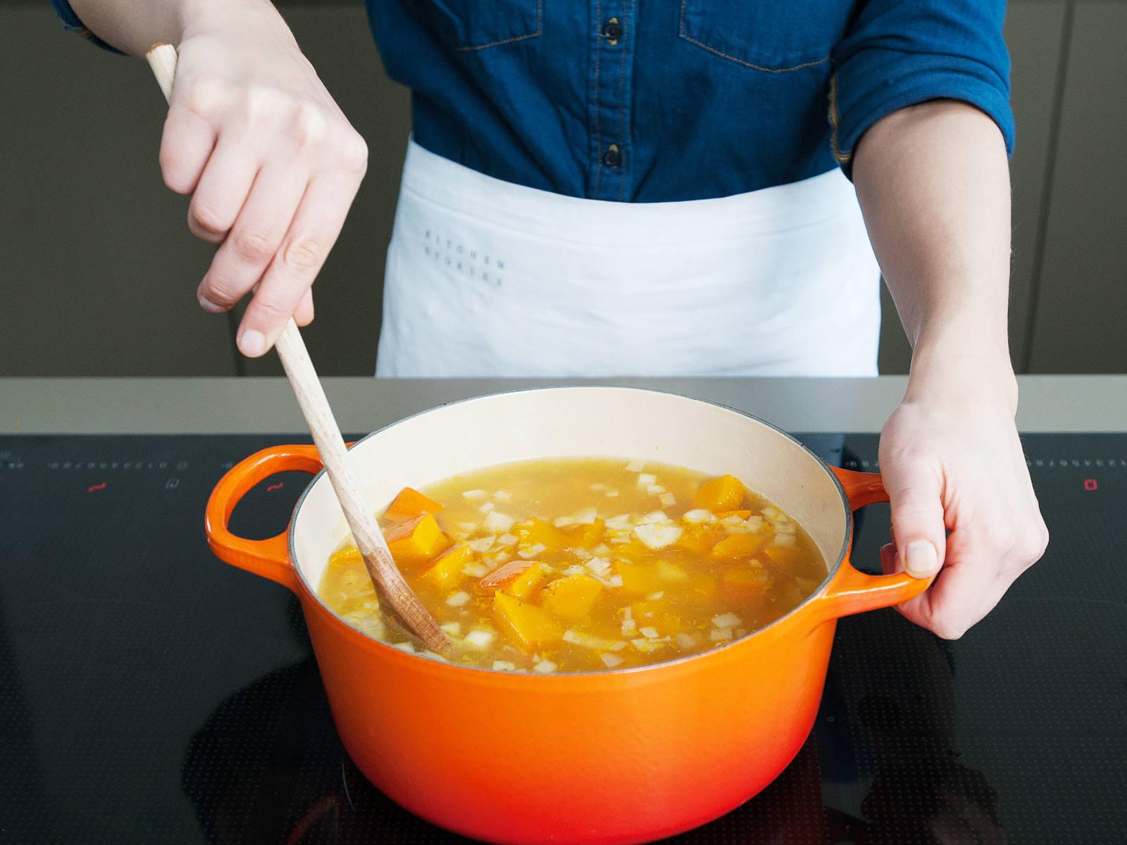 Gemüsebrühe in einem großen Topf erhitzen. Gegarte Kürbisstücke, Zwiebel und Knoblauch sowie Orangensaft und –abrieb hinzugeben. Glatt pürieren.