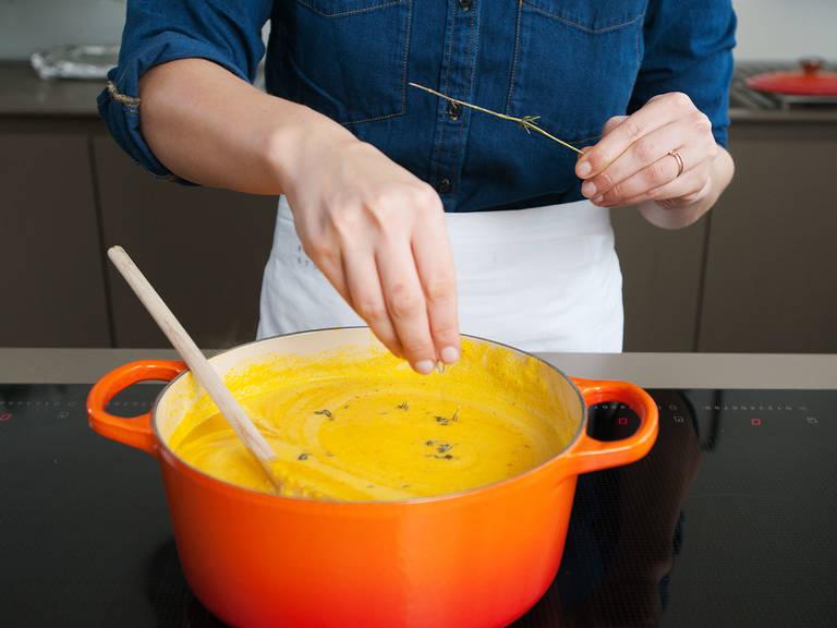 Sahne und Thymian unterrühren. Mit Salz und Pfeffer abschmecken. Zusammen mit den mediterranen Muffins servieren. Guten Appetit!