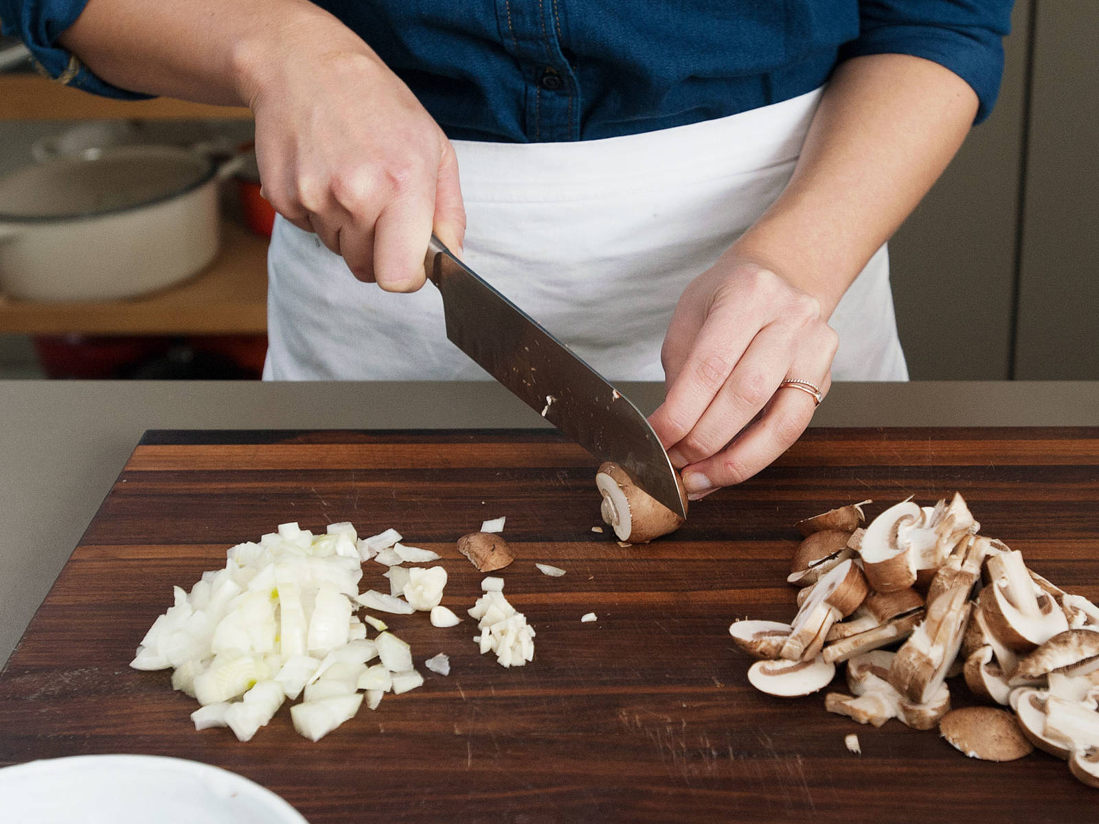 In the meantime, clean and cut mushrooms into thin slices for the mushroom sauce. Cut onion into small cubes. Finely dice garlic.