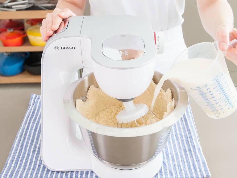 Mehl, Zucker, Backpulver und Salz auf niedriger Geschwindigkeitsstufe in der Küchenmaschine vermischen und nach und nach einen Teil der weichen Butter hinzufügen bis eine krümelige Masse entstanden ist. Die Hälfte der Milch-Ei-Mischung hinzugeben und bei mittlerer Geschwindigkeit für ca. 2 Min. verrühren. Übrige Milch-Ei-Mischung dazugeben und für eine weitere Minute verrühren. Überschüssigen Teig von den Rändern der Schüssel kratzen. Anschließend ca. 30 Sek. zu einer cremigen Masse schlagen.