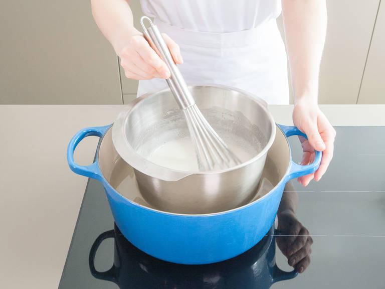 Für die Buttercreme ein Wasserbad aufsetzen und in der hitzebeständigen Schüssel oder in der Küchenmaschine, Eiweiße und Zucker verquirlen. Anschließend über dem Wasserbad vorsichtig aufschlagen bis die Masse 70 °C erreicht hat und der Zucker aufgelöst ist. Schüssel aus dem Wasserbad nehmen und die Masse mit der Küchenmaschine oder dem Handrührgerät schaumig schlagen. Dabei die Geschwindigkeit langsam erhöhen bis sich kleine Spitzen auf dem Rühraufsatz bilden und sich die Schüssel nicht mehr warm anfühlt. Bei laufendem Mixer Vanilleschotenmark und Butter nach und nach dazugeben. Es dauert ein paar Minuten bis sich alle Zutaten zu einer glatten und cremigen Masse verbunden haben.Für genügend Buttercreme, Rezept für Buttercreme wiederholen. Buttercreme kann, wenn nicht gleich verwendet, in einem luftdichten Behälter bis zur Verwendung gelagert werden.