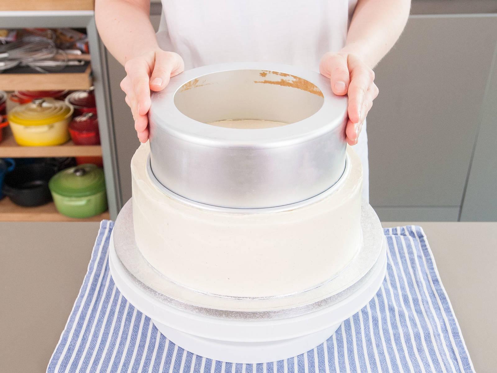 蛋糕凝固后,即可在蛋糕上根据你的个人喜好涂抹最后一层蛋白霜。然后,将蛋糕放回冰箱,冷藏1小时到24小时。蛋白霜凝固结实后,就要使用吸管固定这三层蛋糕。方法如下:将8英寸的蛋糕模居中地放在10英寸蛋糕层上,然后轻轻摁押烤模做上记号。在8英寸蛋糕层上也用6英寸烤模做相同操作。