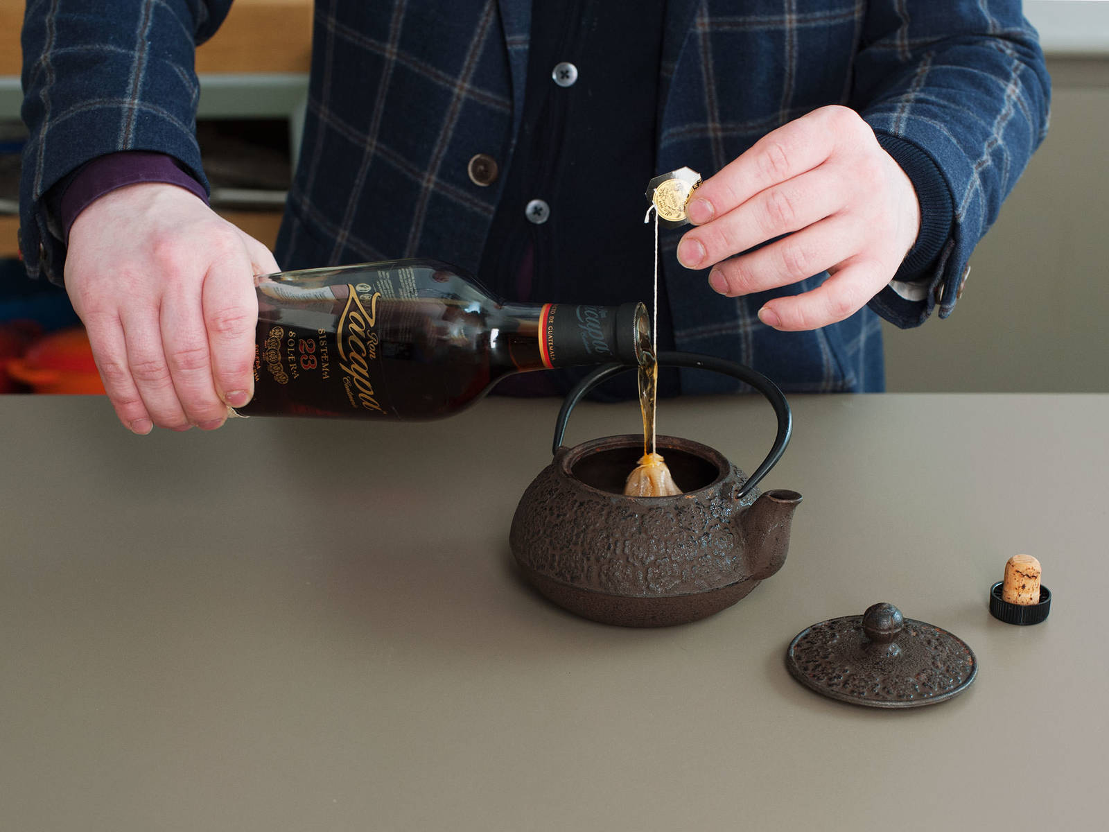 用朗姆酒泡开格雷伯爵茶,约需3-5分钟,取出茶包。