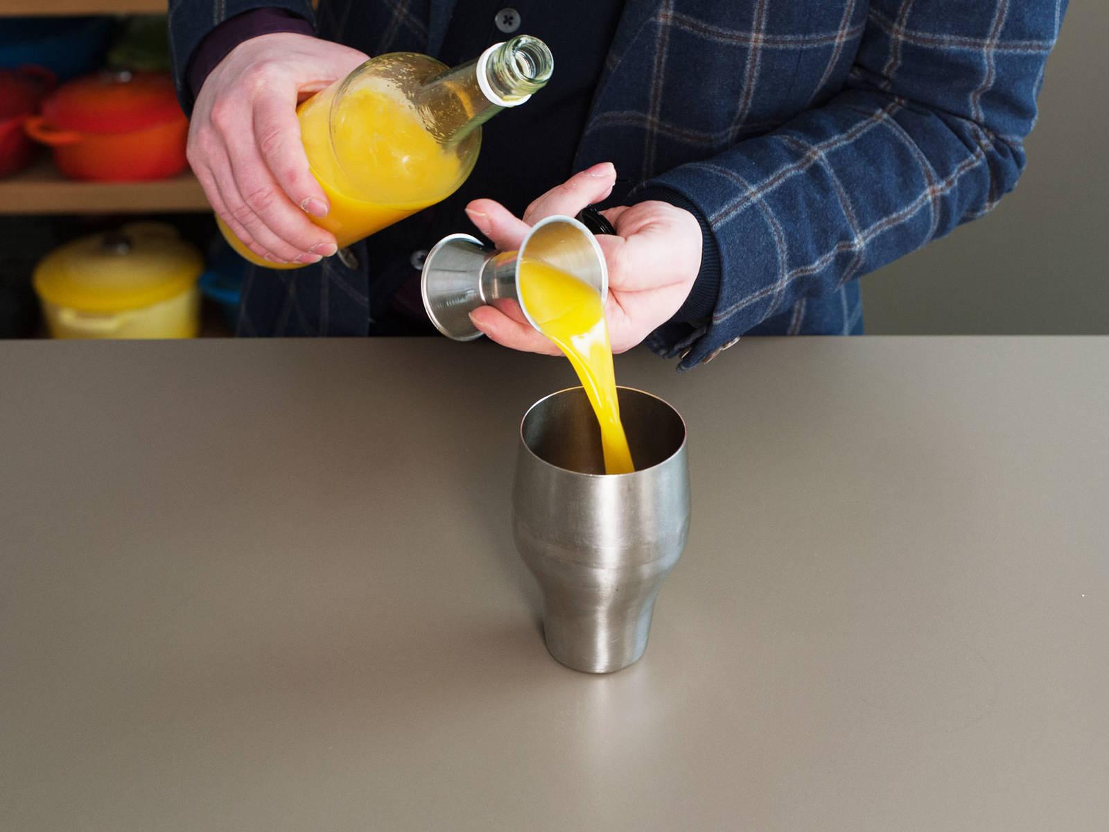 在调酒器中倒入柠檬汁、香草糖浆、葡萄柚汁、橙汁和冰块。大力摇动约1分钟。过滤两次。