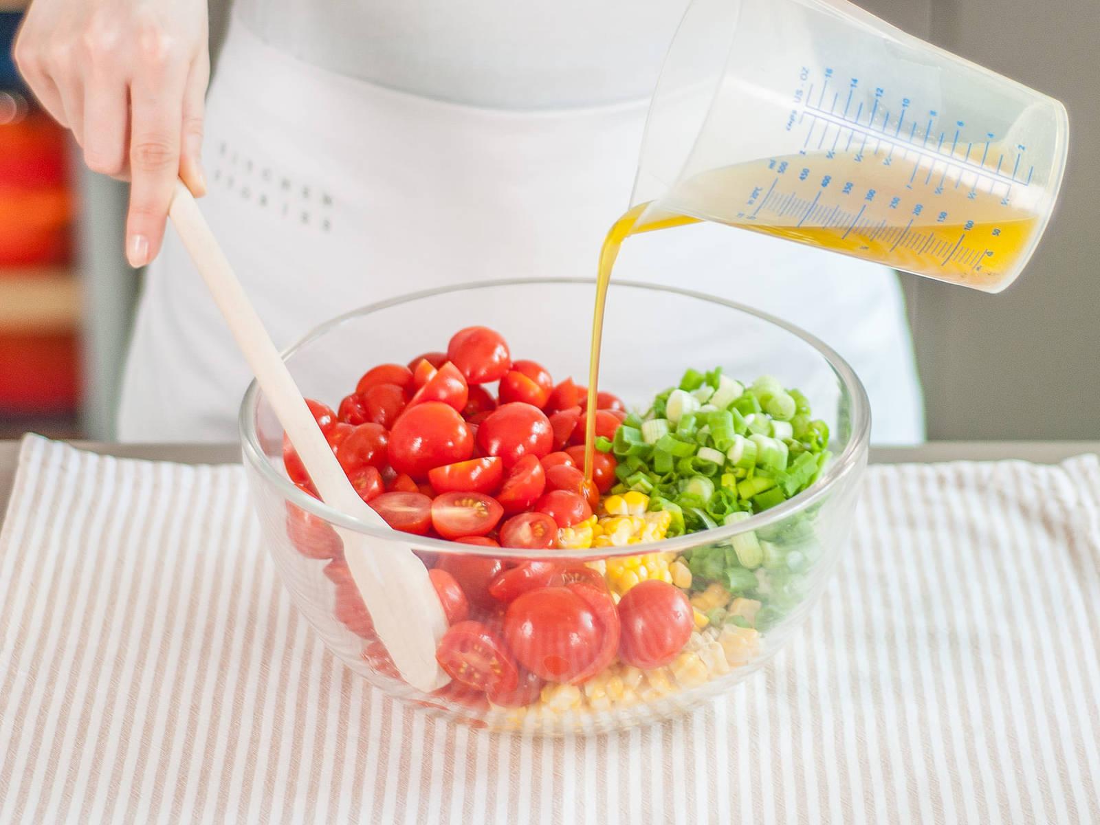 将半份酱汁倒入沙拉中调味,如有需要可倒入更多。