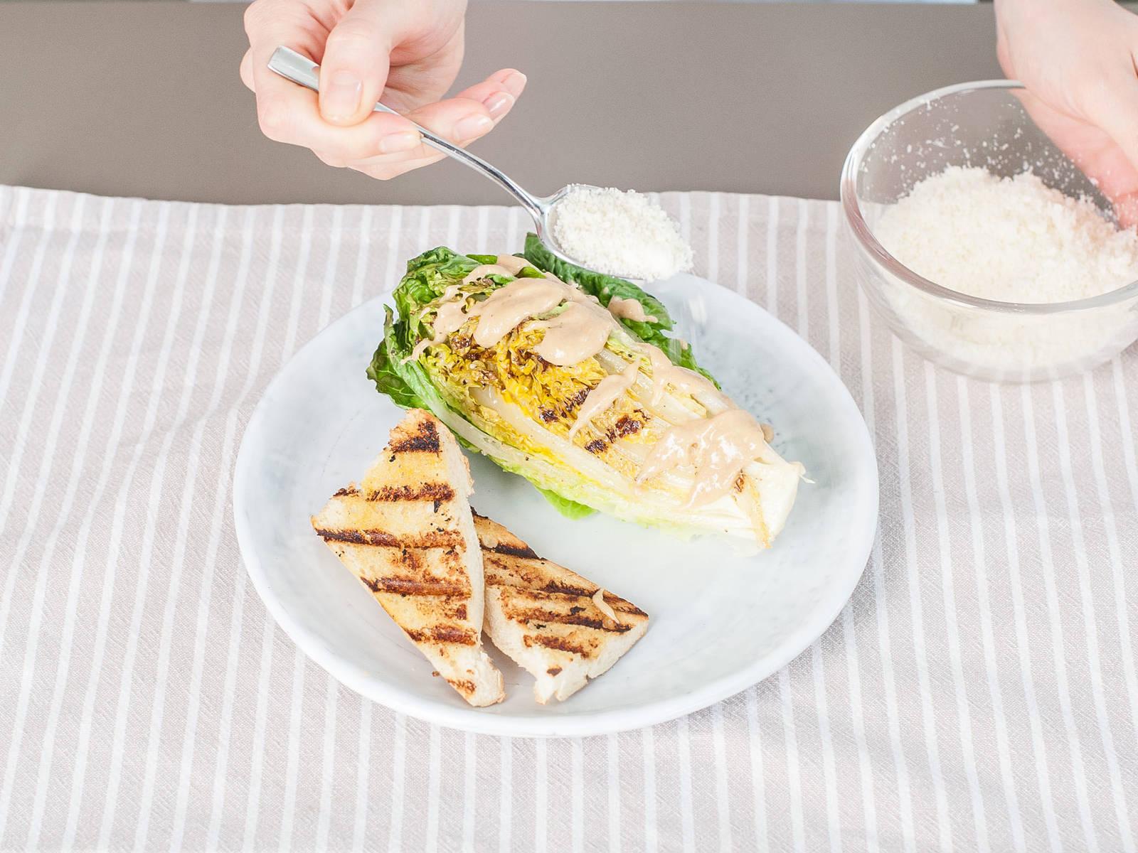 将整块菜心和面包装盘,粗略切开也可。 淋上或拌入酱汁,撒上剩下的帕玛森干酪。