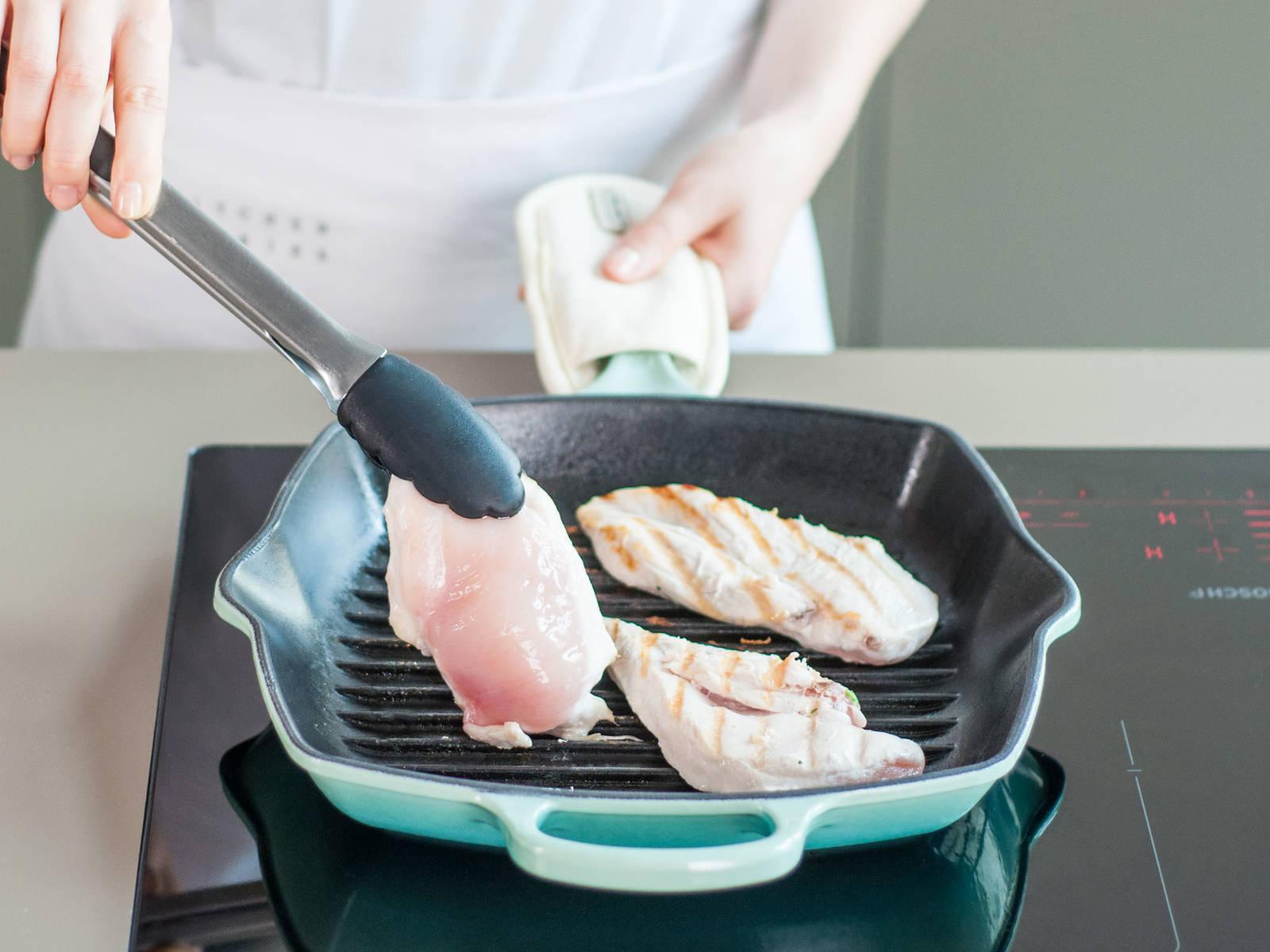 中高火加热煎锅,如有需要,可刷上些许油。热好锅后,即可开始烤鸡肉片,翻面一次,直至完全烤熟。每面约需煎5分钟。