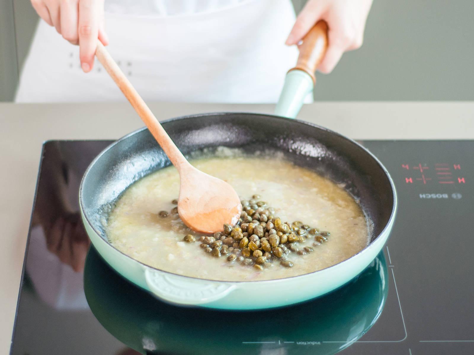 与此同时,在平底锅中,中火加热橄榄油。放入蒜末和红葱末,炒香,约需2-3分钟。调至中高火,倒入葡萄酒。煨1分钟,然后倒入鸡肉高汤。将面粉拌入锅中,搅拌至顺滑,继续煮几分钟,直至汤汁变稠。加入柠檬汁、酸豆和黄油,搅拌至黄油融化。加盐与胡椒调味。