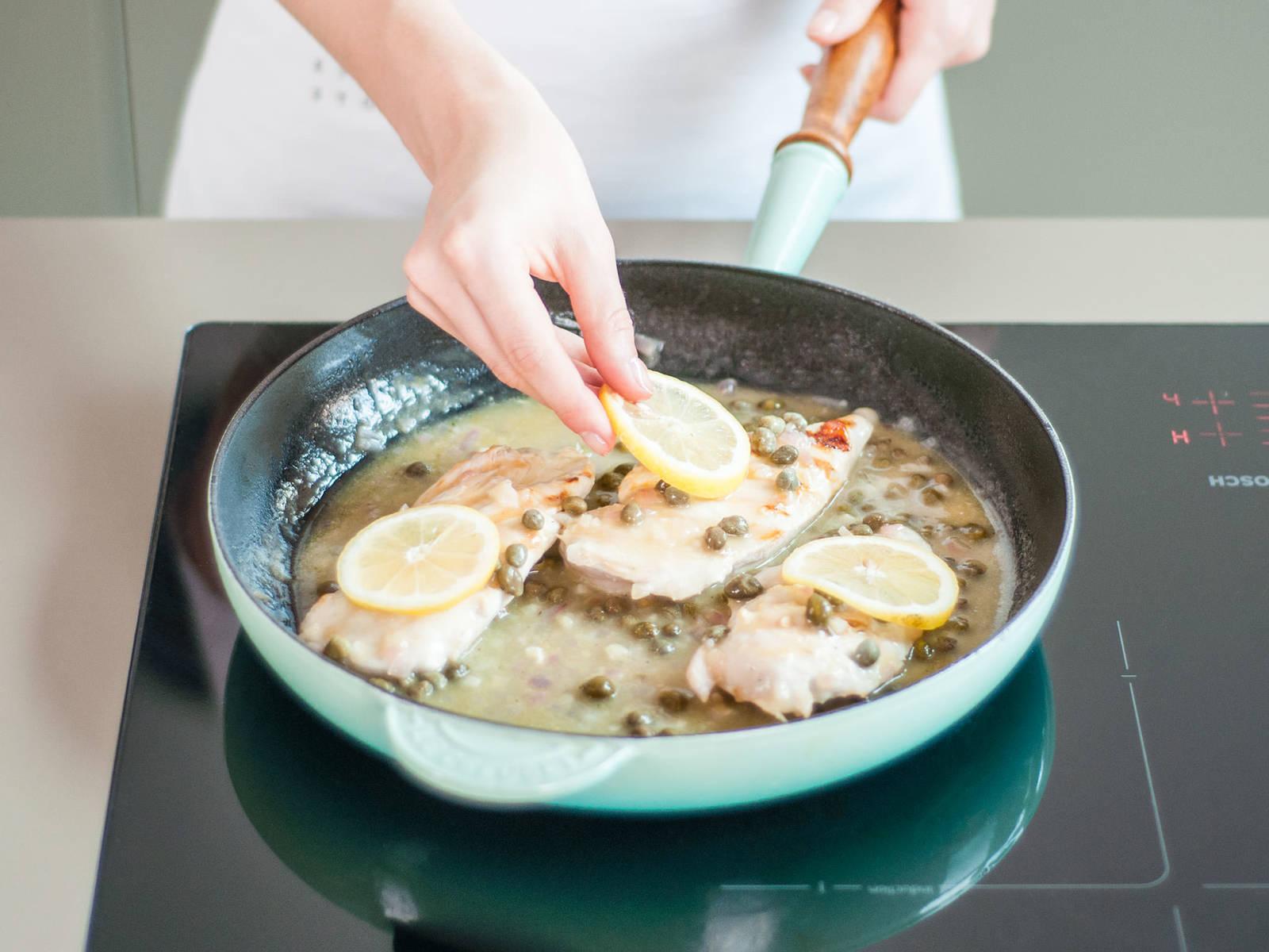 Sobald das Hähnchen durchgegart ist, mit Soße übergießen, mit Petersilie bestreuen und mit Zitronenscheiben belegen. Guten Appetit!