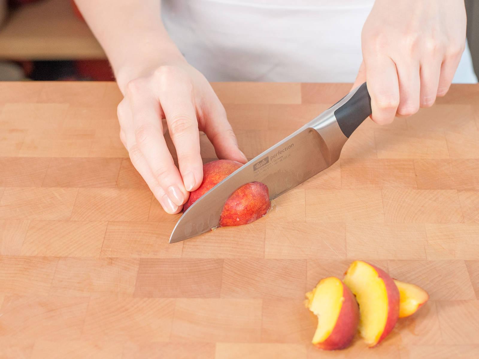 Butter in einem Topf auf mittlerer Hitze schmelzen. Unter Rühren weiter kochen lassen, bis die Butter Blasen schlägt und braun wird. Beiseitestellen und abkühlen lassen. Backofen auf 175°C vorheizen. Gusseiserne Pfanne mit Butter einfetten. Pfirsiche entkernen, in Scheiben schneiden und mit Zitronensaft einreiben.