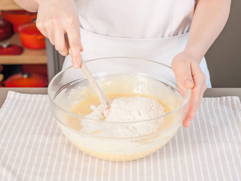 Die Hälfte der Mehl-Mischung unterrühren, anschließend Crème Fraîche einrühren. Restliche Mehl-Mischung hinzugeben und gut vermengen.