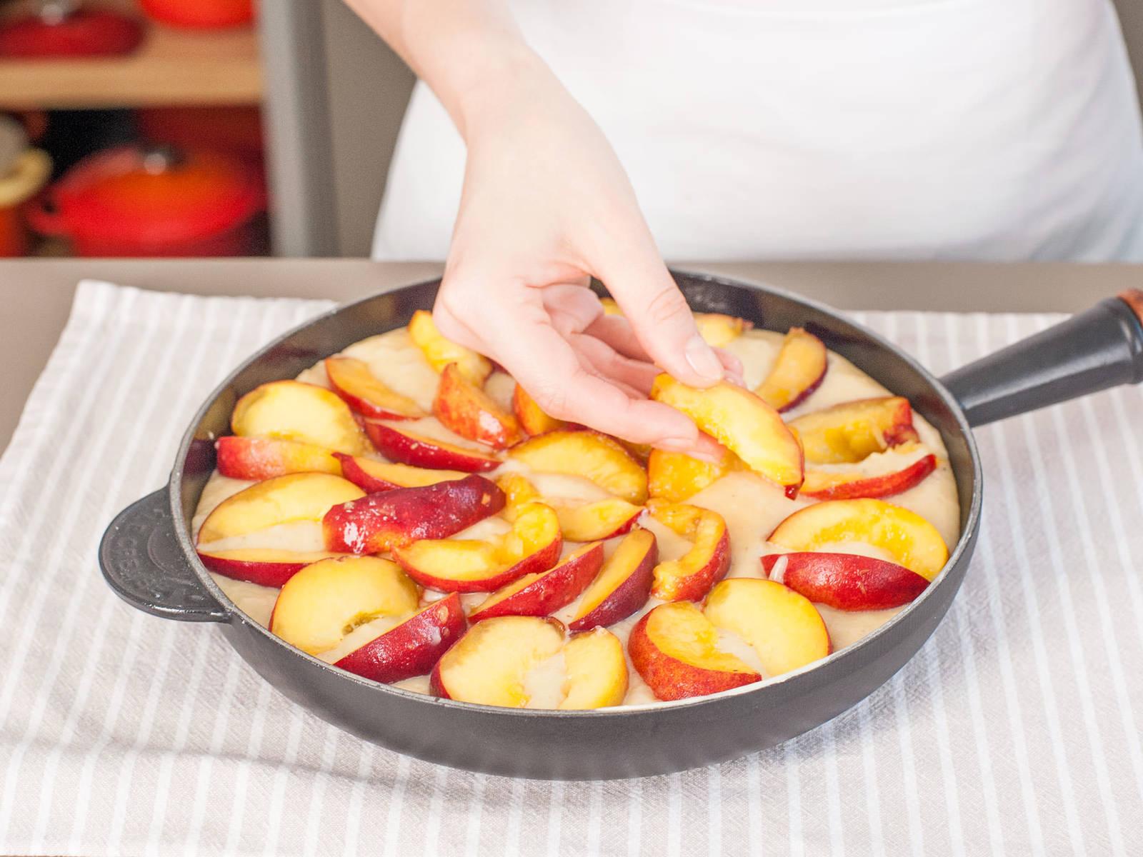 Teig in gusseiserne Pfanne füllen und mit einer Schicht Pfirsichscheiben bedecken.