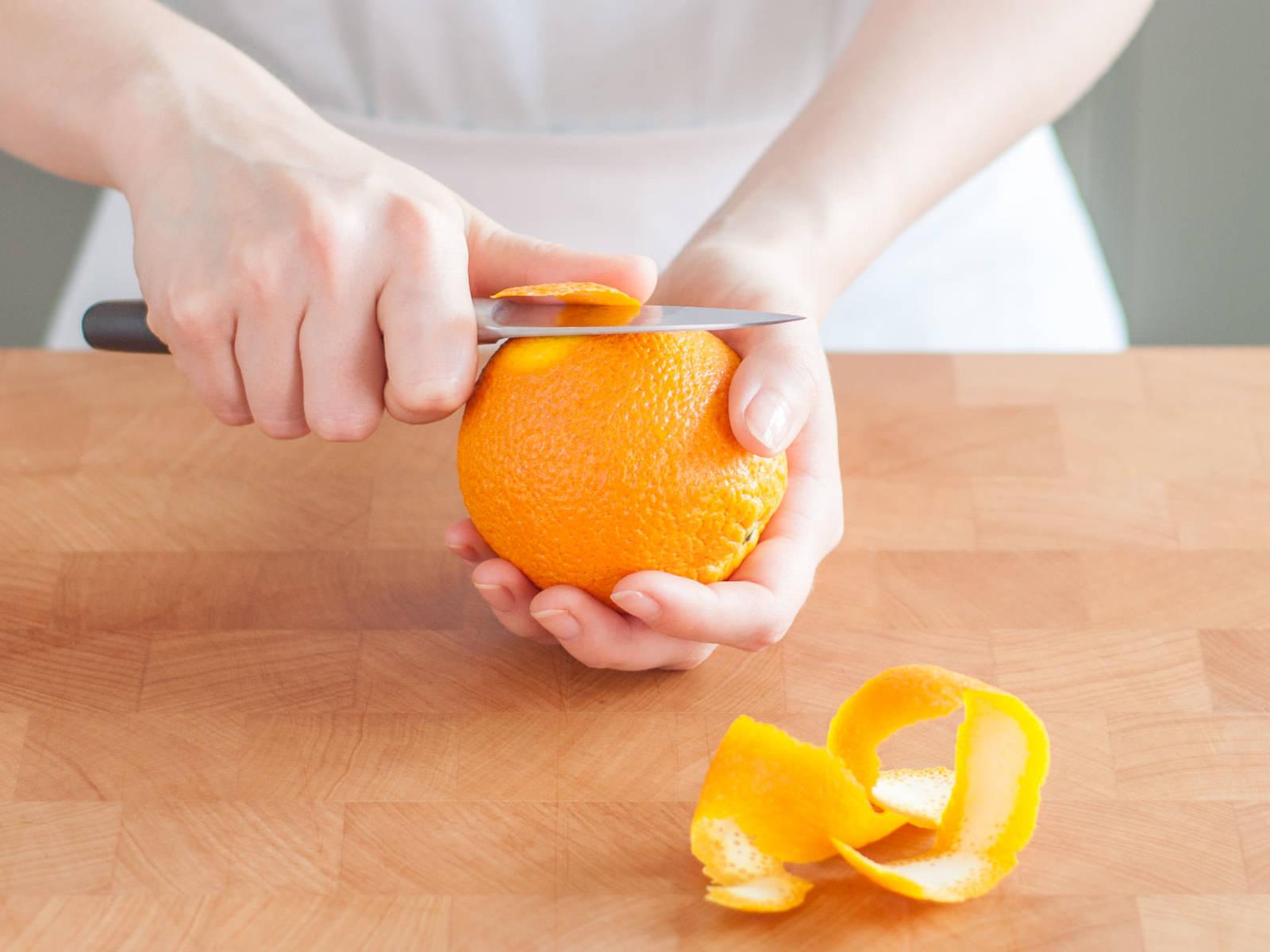 切下两片橘子。