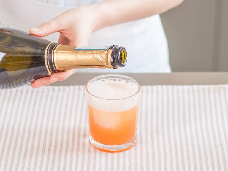 Kräftig schütteln, danach in mit Eis gefüllte Whiskeygläser sieben. Mit Prosecco auffüllen.