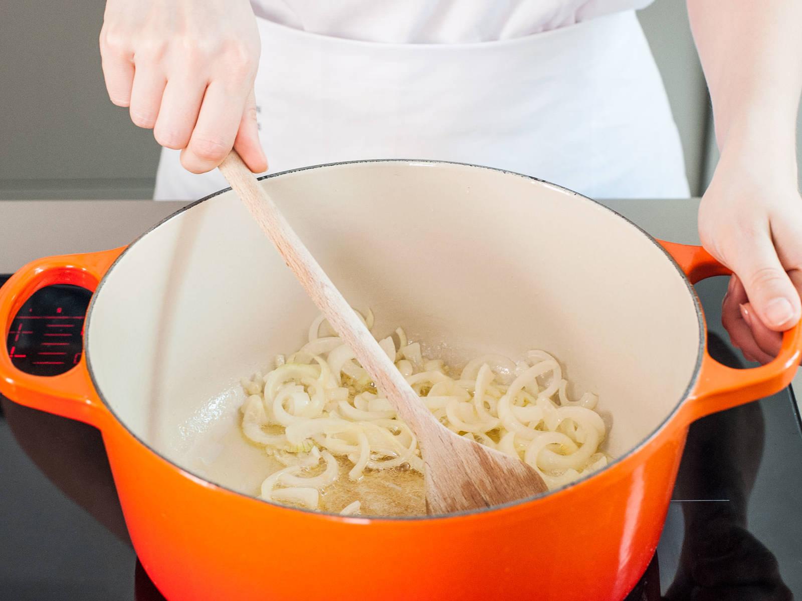 在大锅中,中火加热些许黄油,直至其融化。放入洋葱末和蒜末,翻炒至变透明且散发香味,约需8分钟。